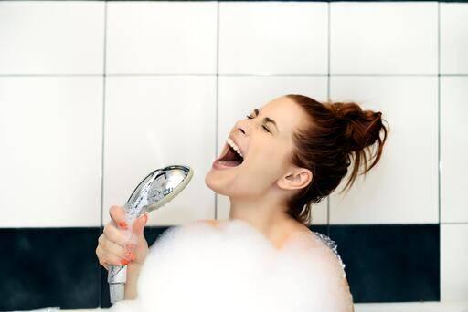 Frau singt in der Badewanne