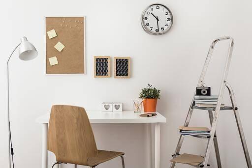 Schreibtisch mit Pinnwand