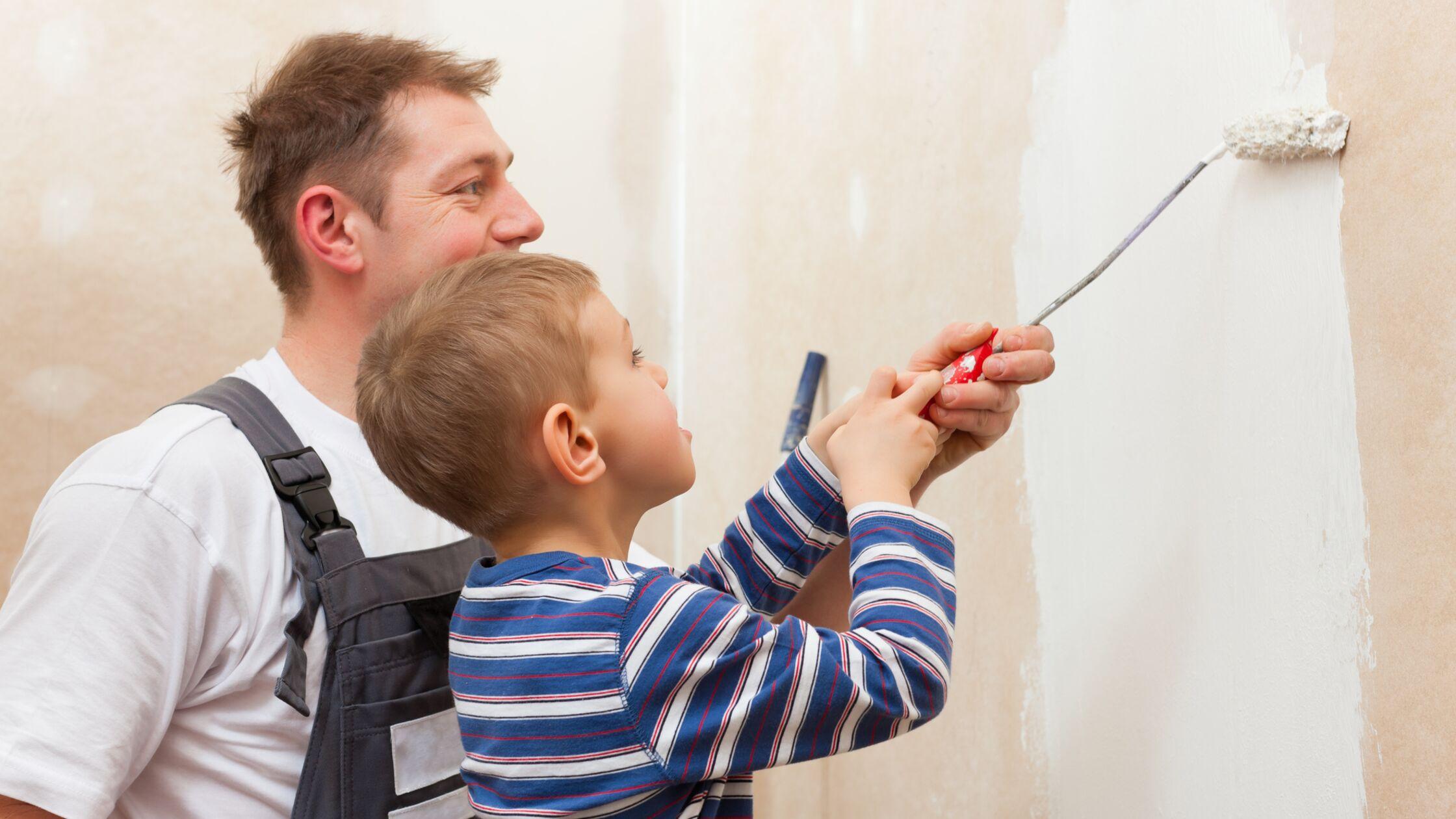 Schönheitsreparaturen: Ein Mann und ein junge streichen gemeinsam eine Wand.