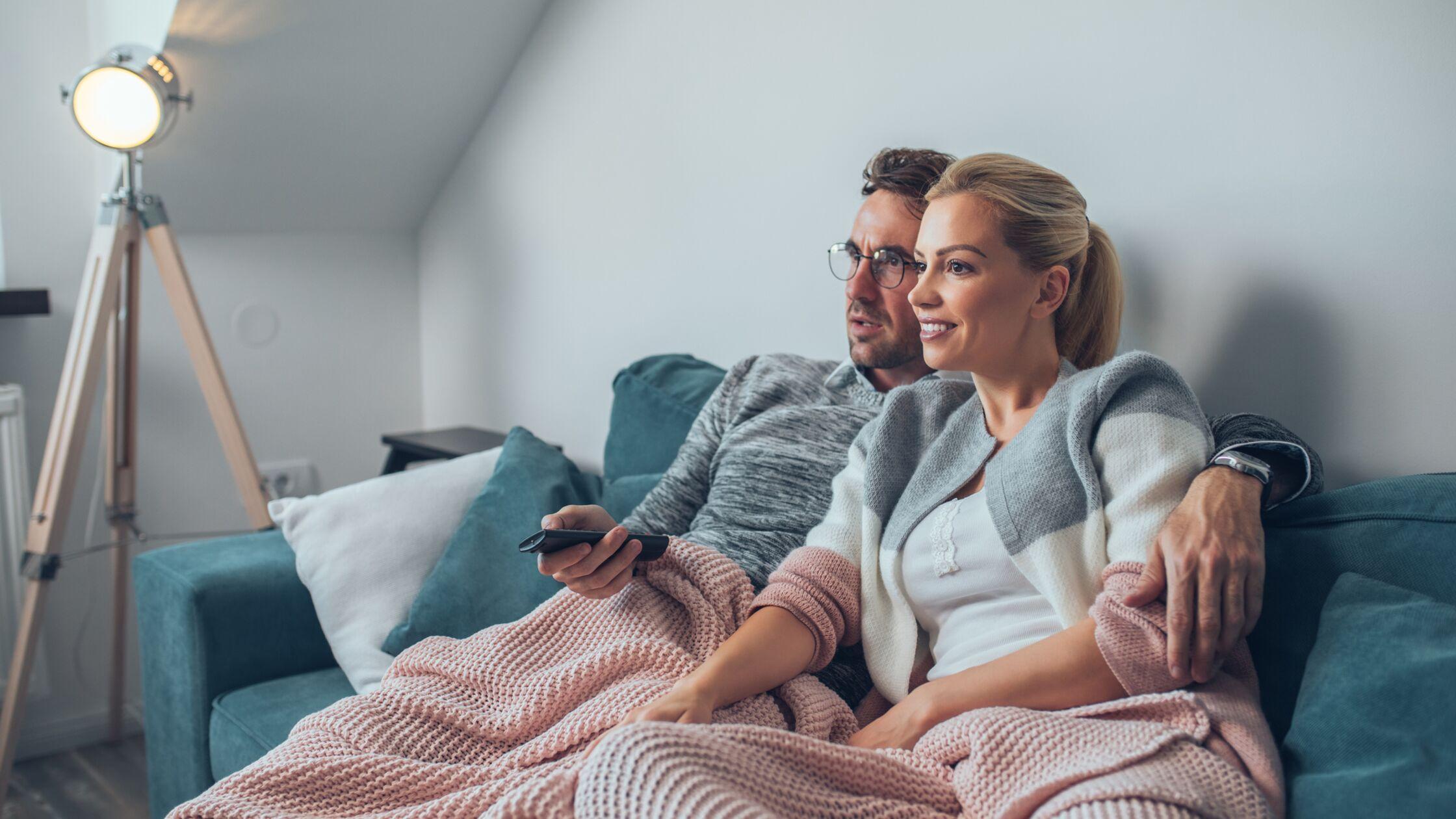 Pärchen schaut Fernsehen