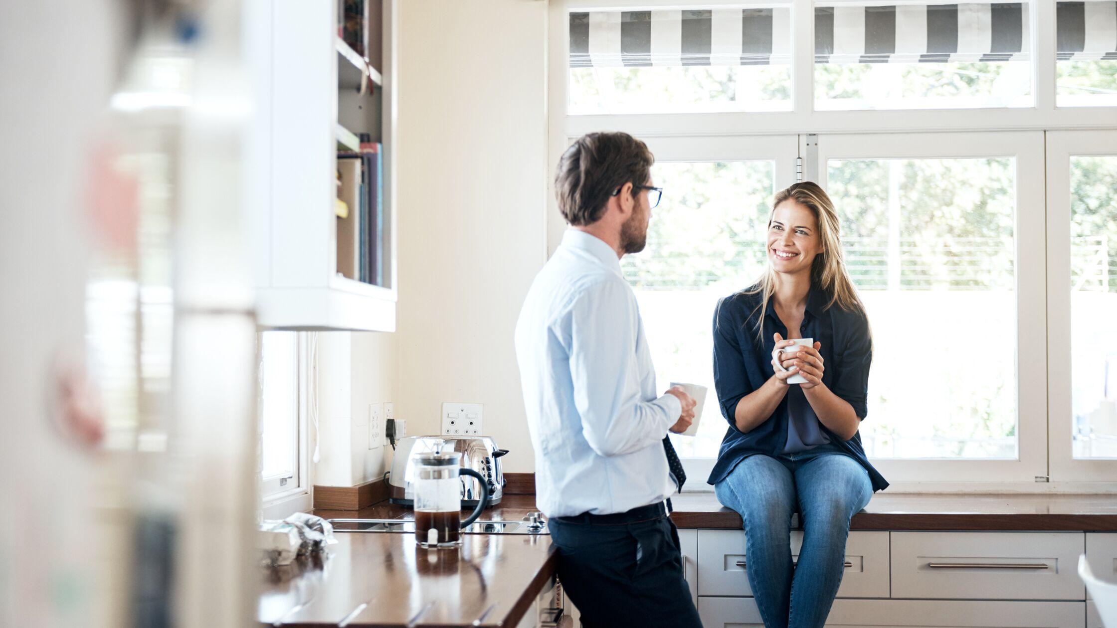 Paar trinkt Kaffee in der Küche
