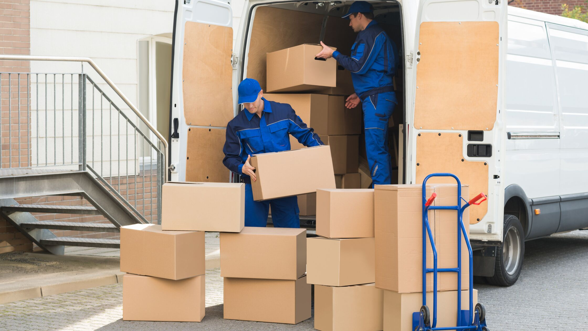 Spediteure verladen Kisten für Umzug