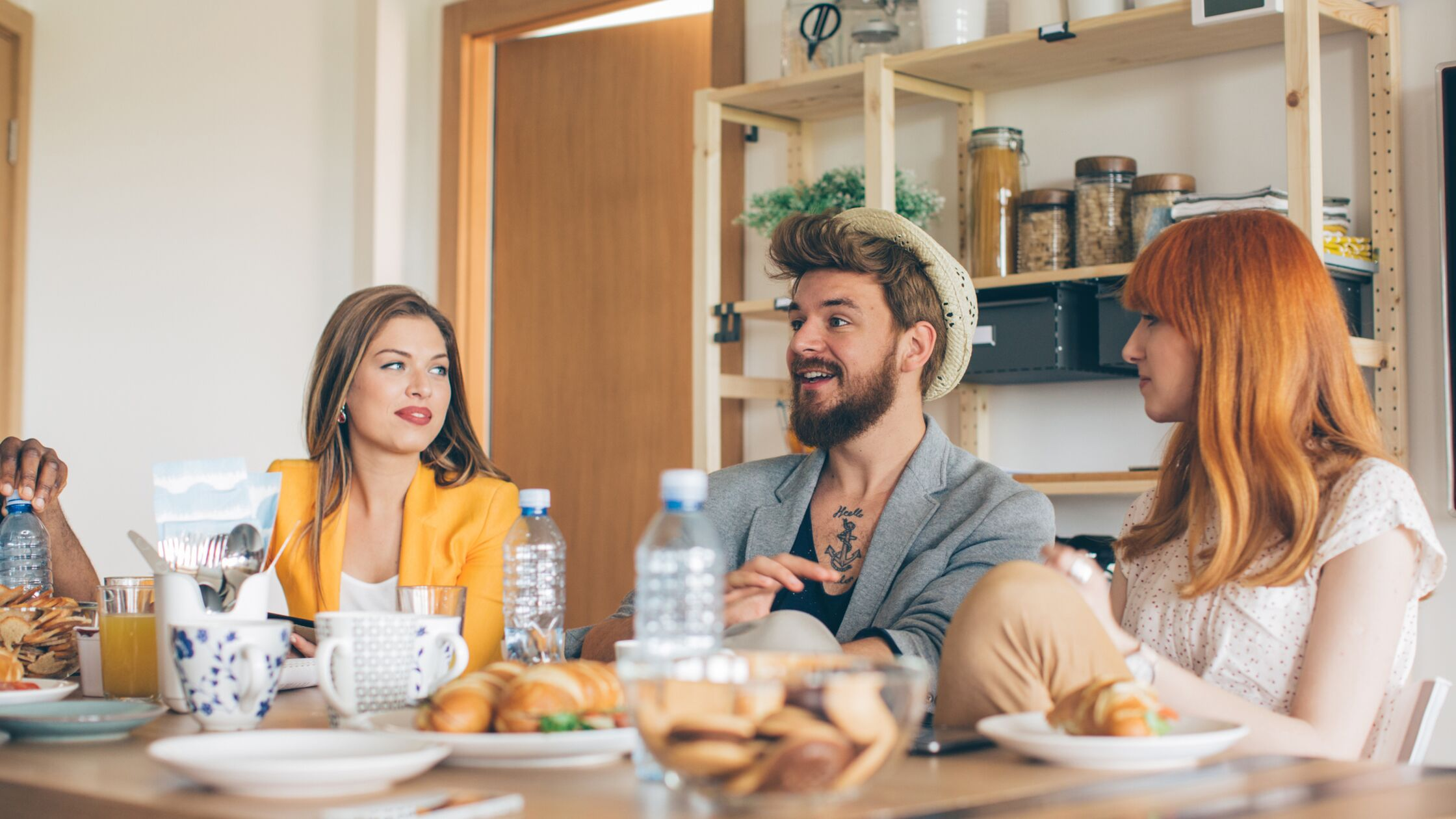 Hippe Studenten in einer WG am Frühstückstisch