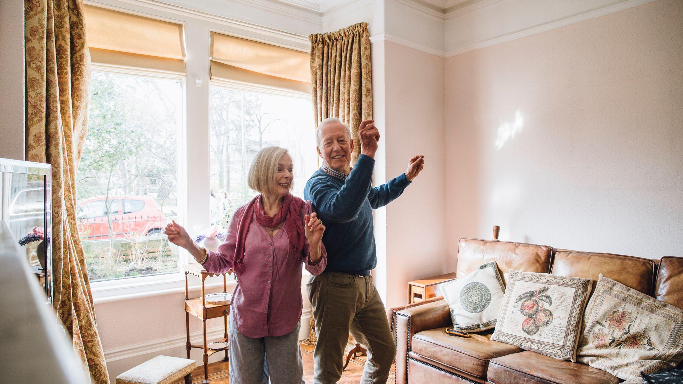 Rentner tanzen nach dem Umzug in der neuen Wohnung