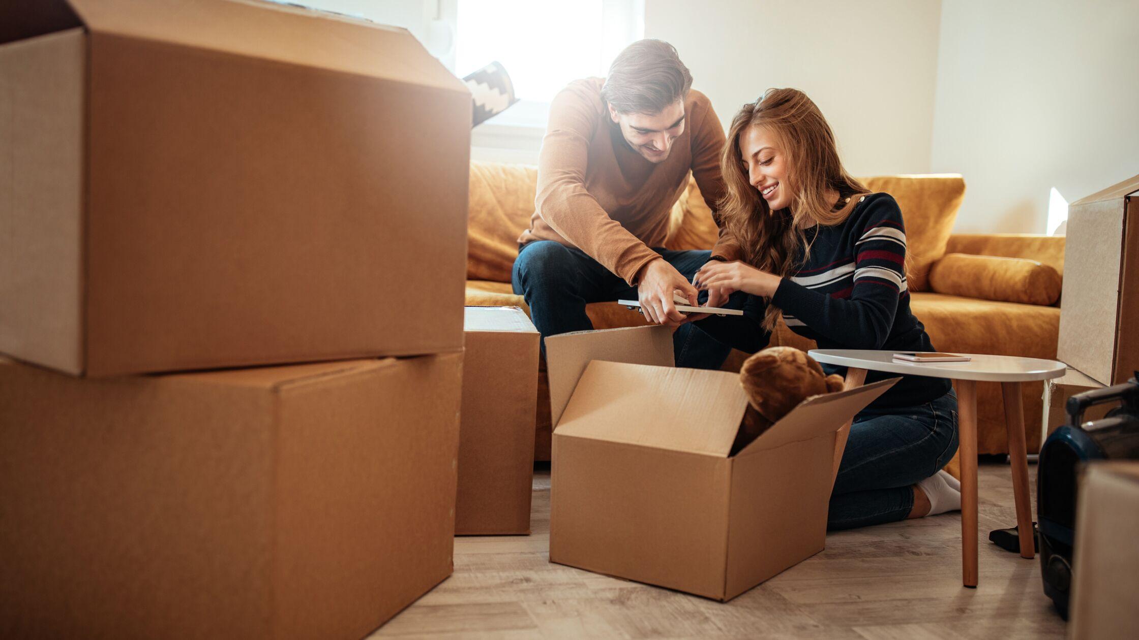 Mann und Frau machen eine Checkliste