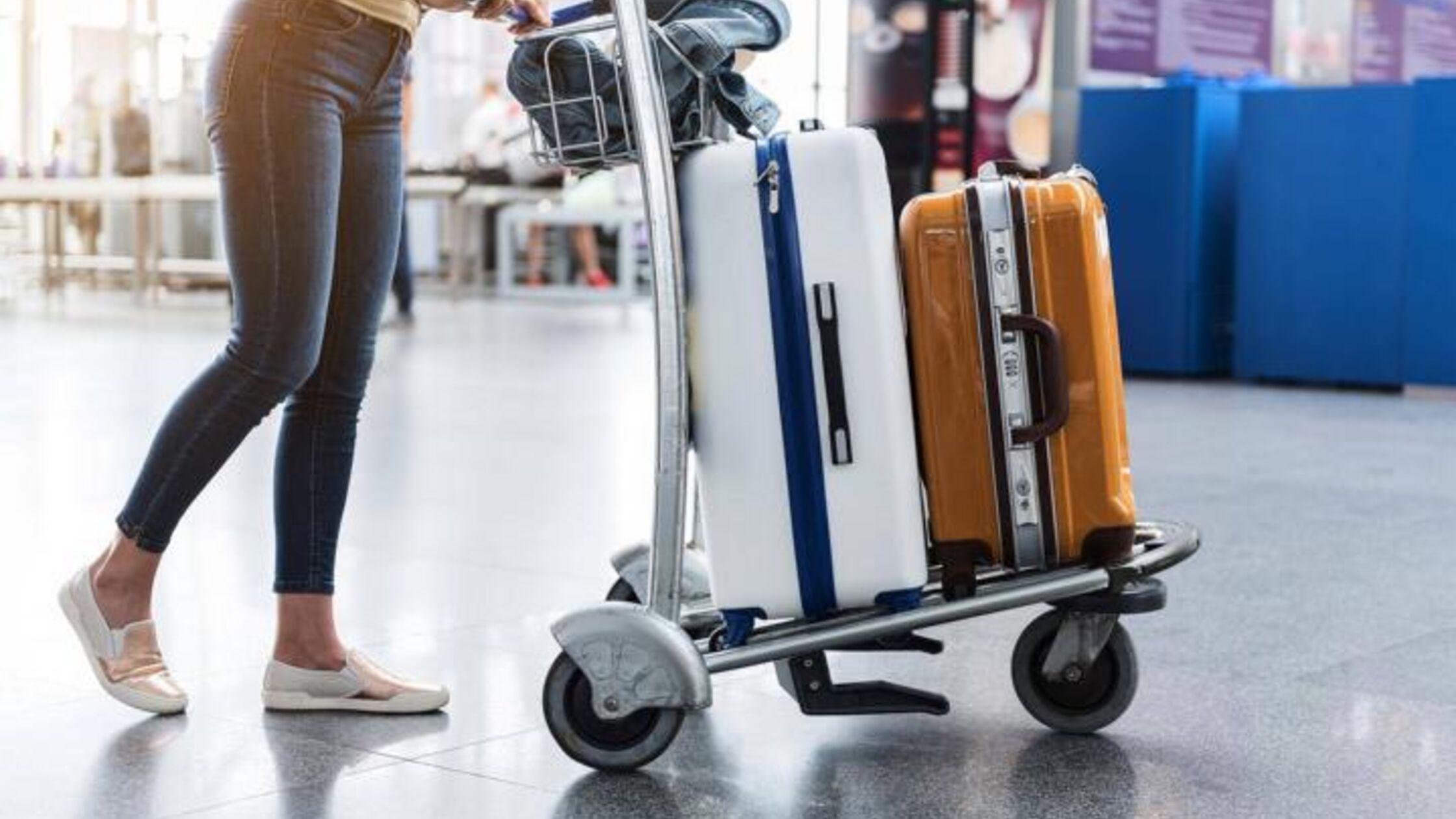 Frau mit Koffern am Flughafen