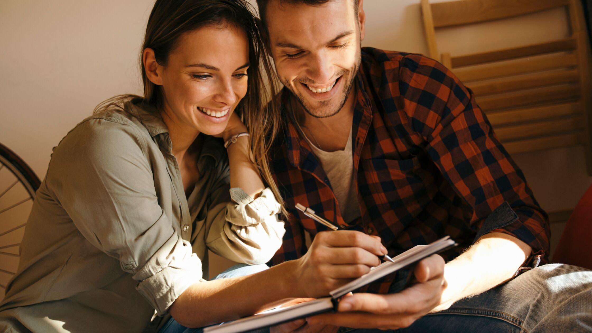 Mann und Frau machen sich Notizen