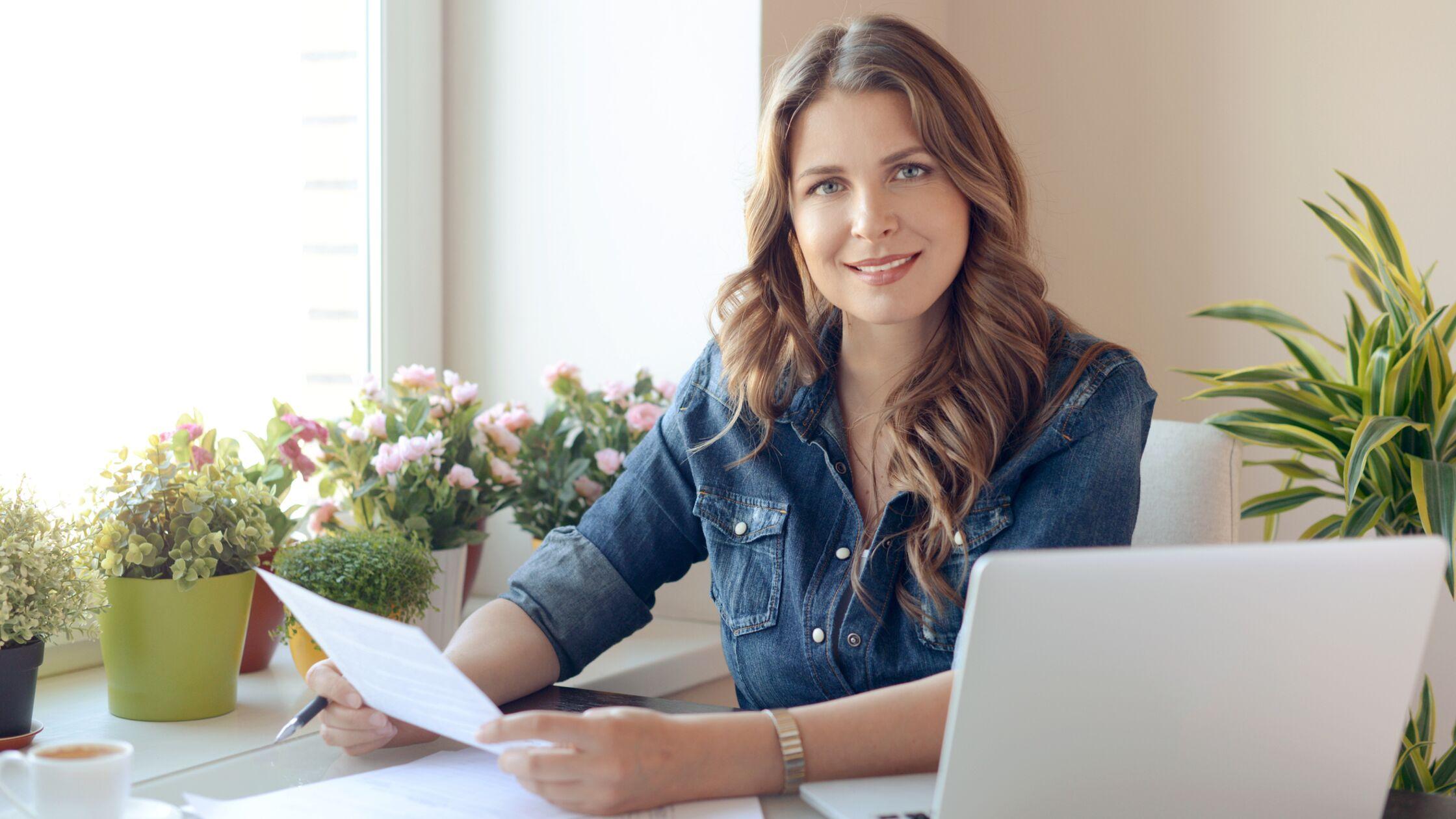Frau füllt Formular am Schreibtisch aus