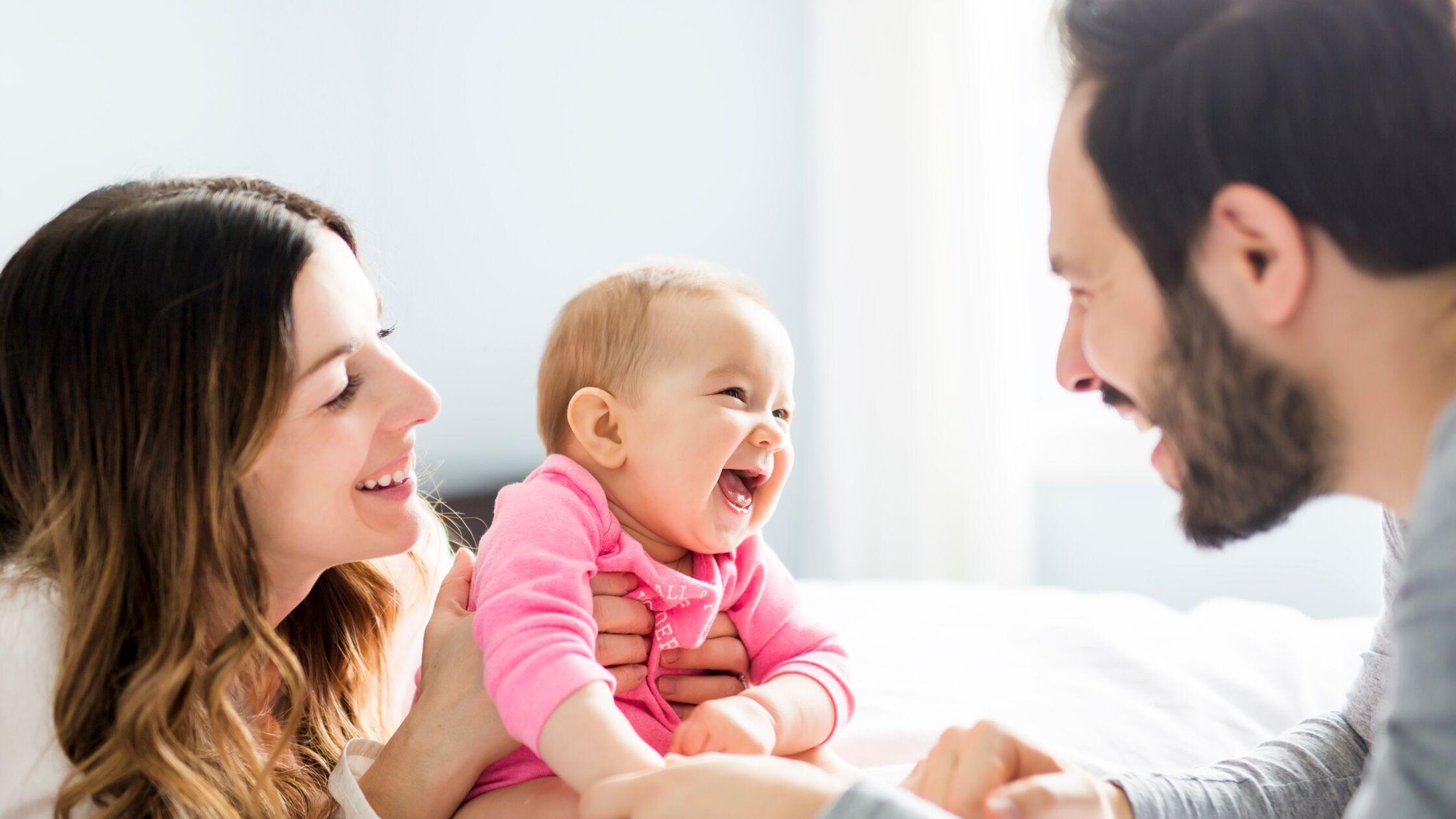 Lachende Eltern mit lachendem Baby
