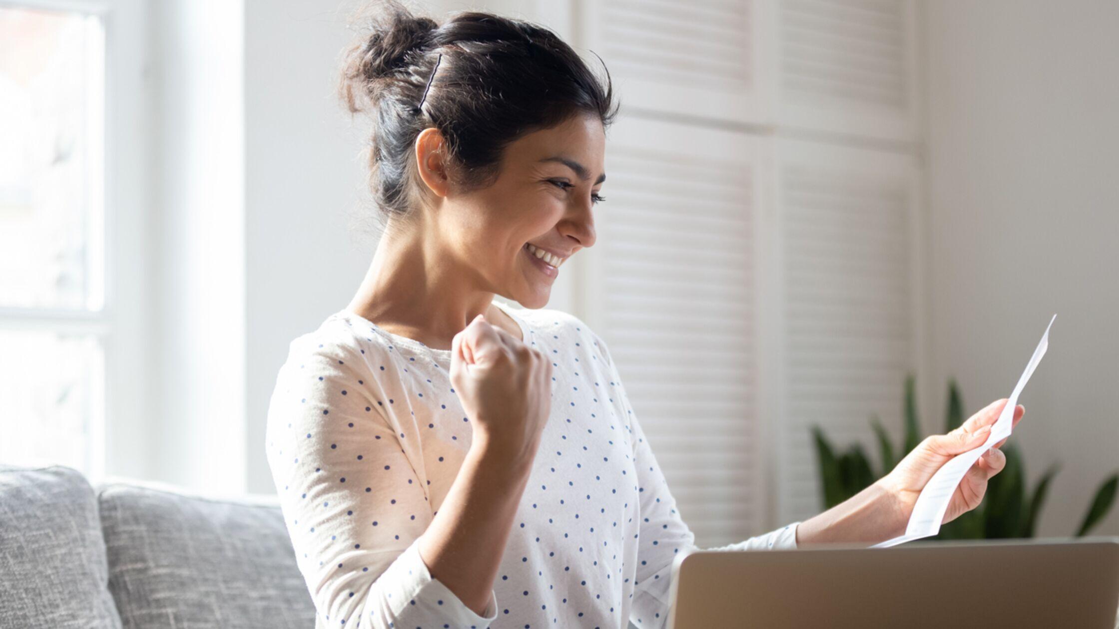 Frau freut sich über Mietkautions-Rückzahlungs-Schreiben