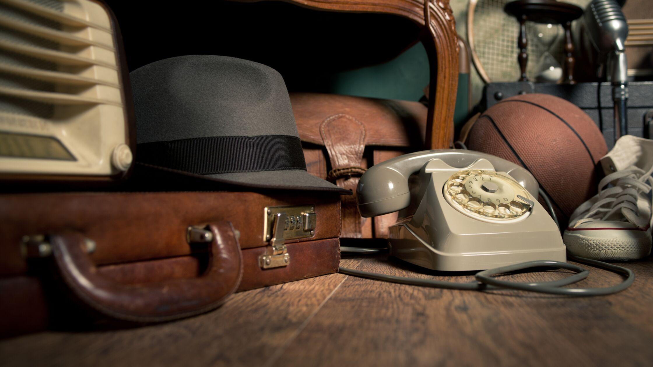 Alte Möbel, Koffer und Telefon aus Omas Wohnung