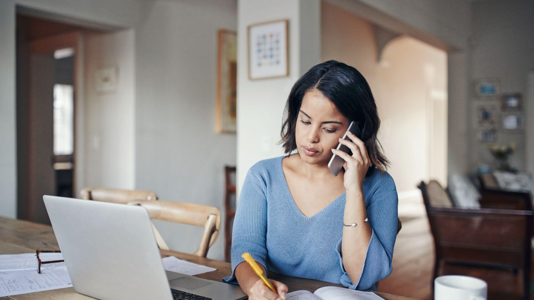 Frau telefoniert am Schreibtisch