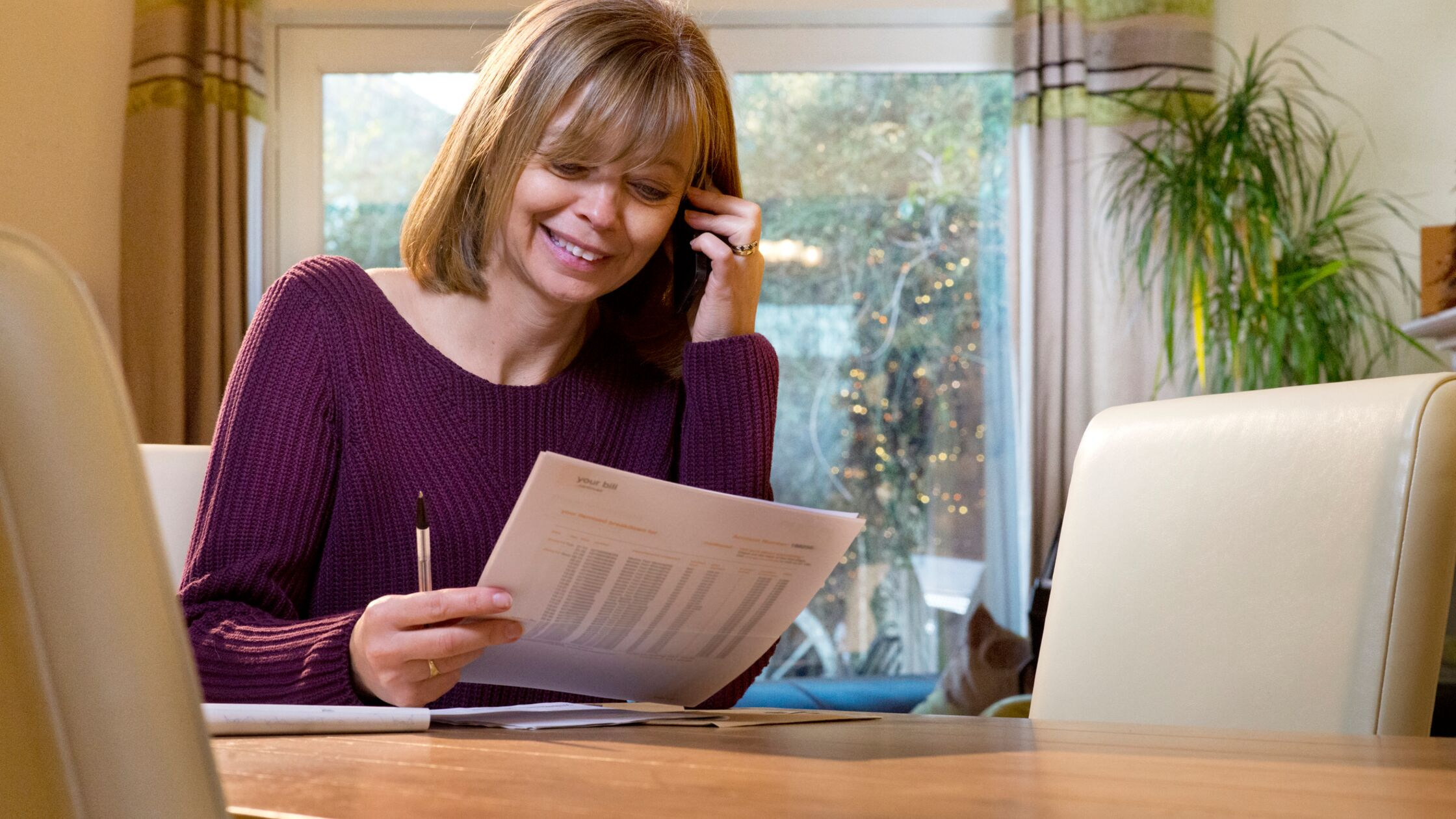 Frau will Vertrag per Telefon wegen Umzug ummelden