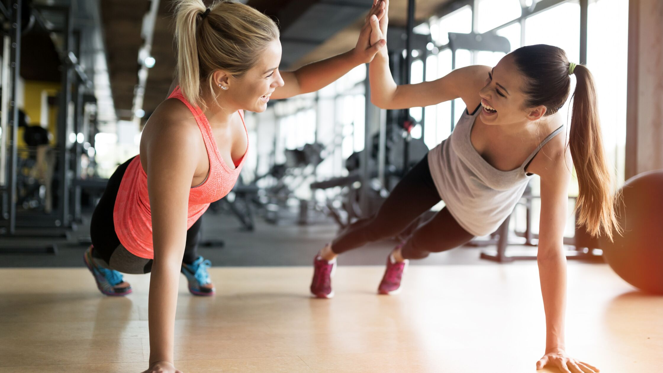 Zwei junge Frauen trainieren und lachen