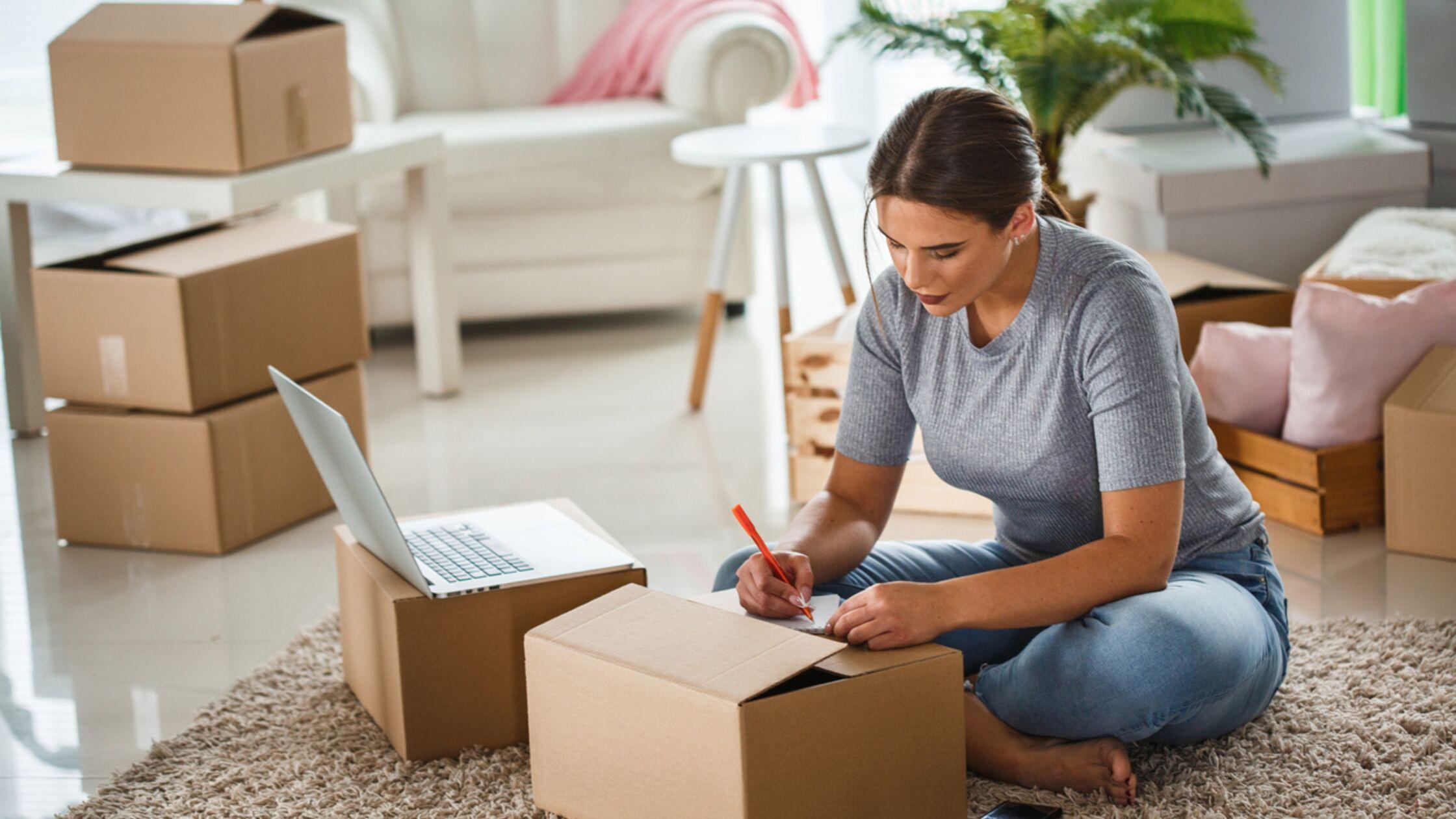 Frau schreibt Wohnungsübergabeprotokoll