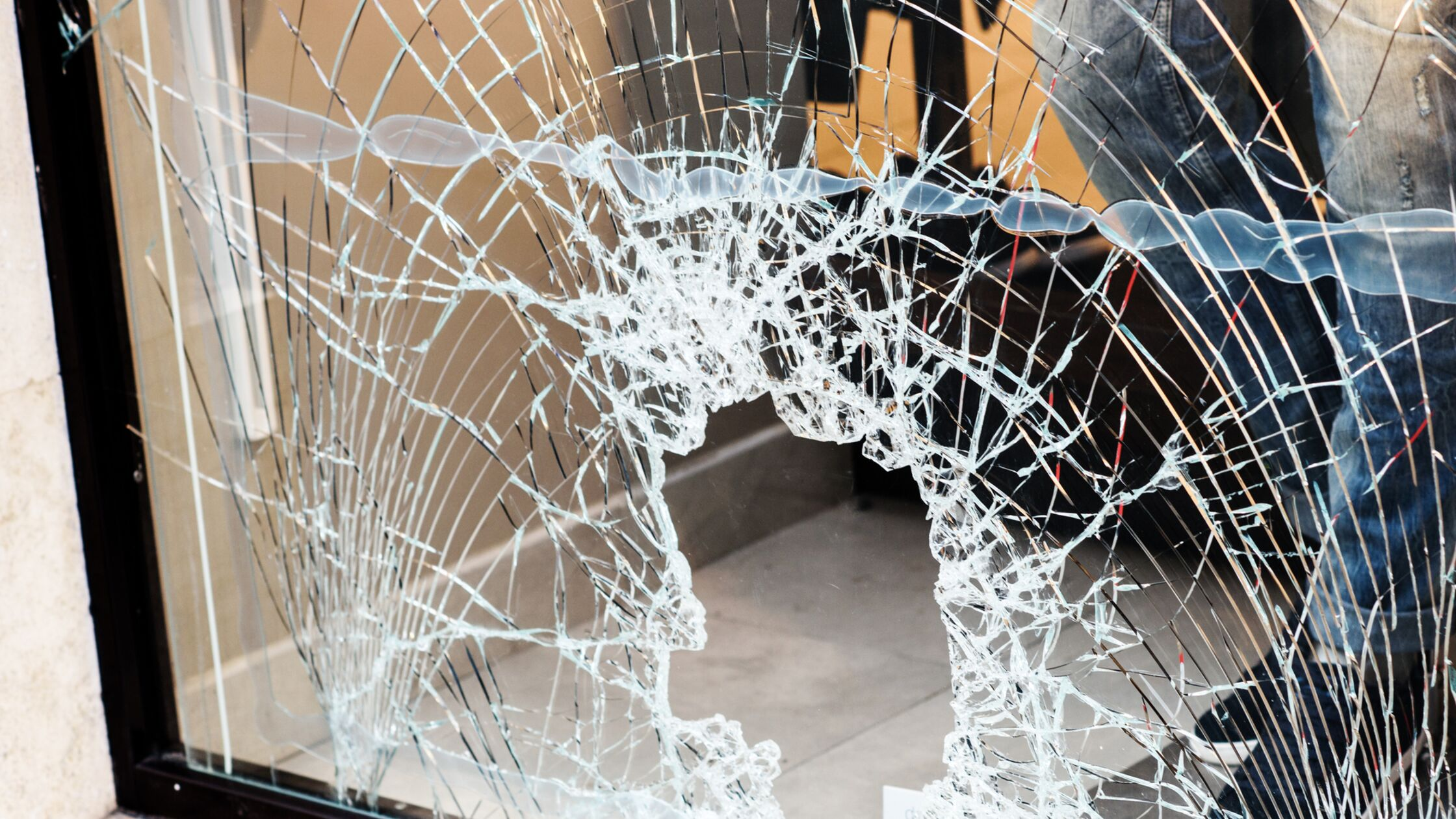 Zerbrochene und zersplitterte Fensterscheibe