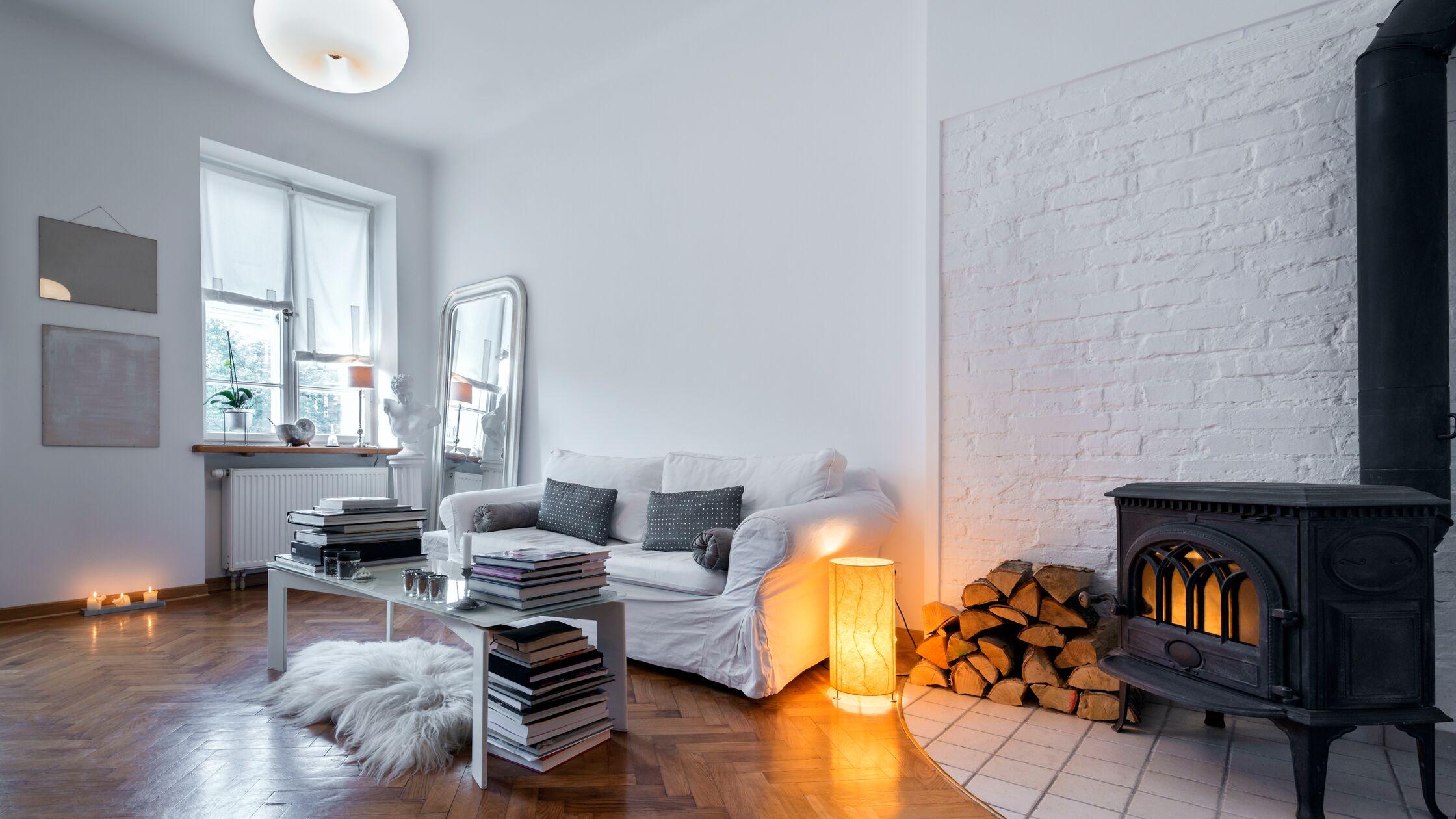 Parkett, altes Mauerwerk und ein antiker Ofen neben modernen Wohnzimmermöbeln: Altbauwohnungen müssen sich nicht auf Omas Einrichtung beschränken.
