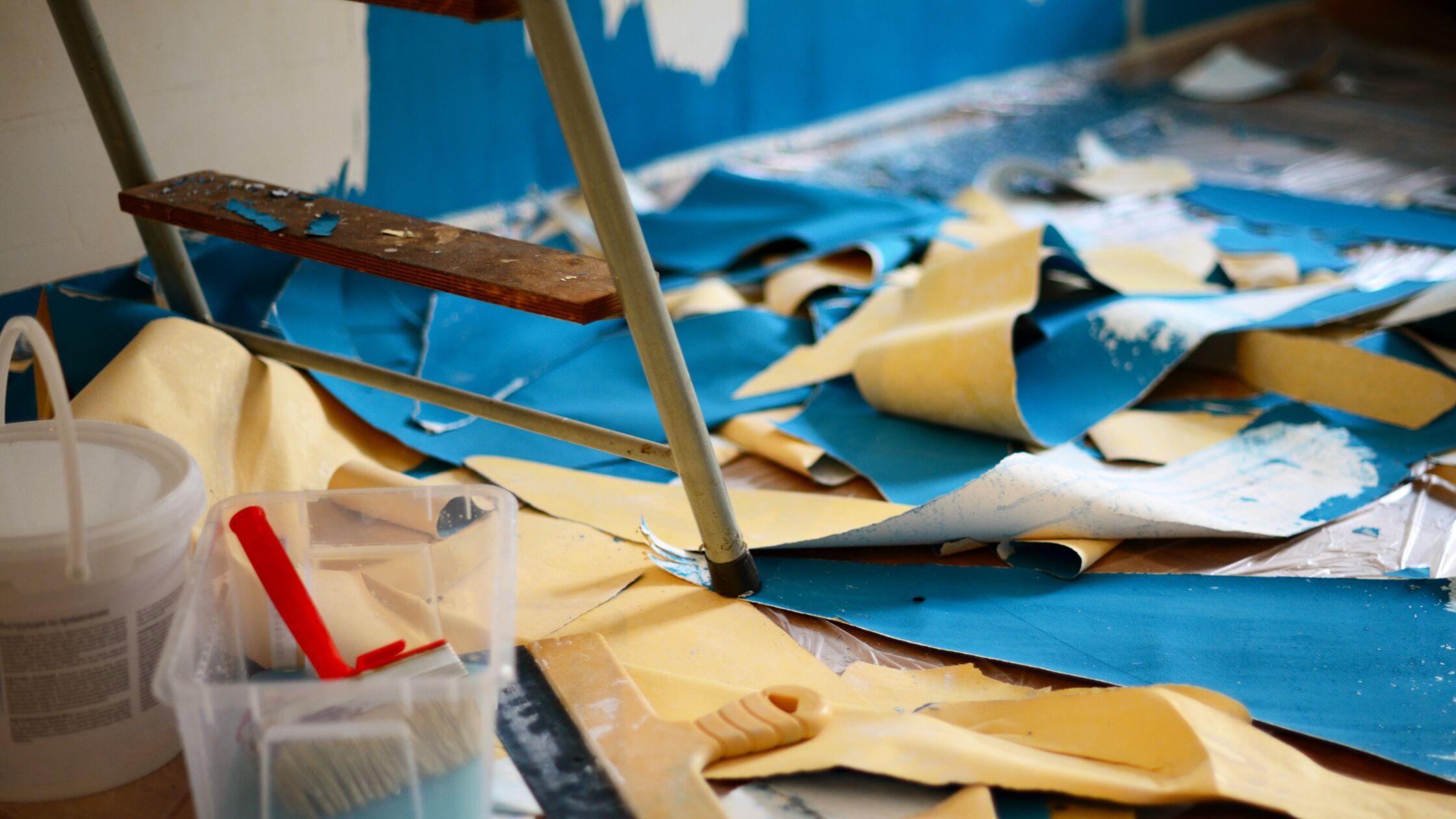 Tapeten entfernen macht eine Menge Dreck und Müll – aber es lohnt sich. Denn die neue Wand lässt gleich den ganzen Raum anders wirken.