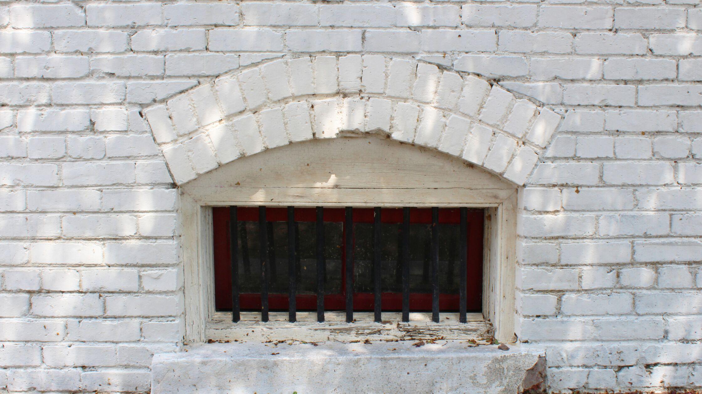 Kellerfenster mit Stäben