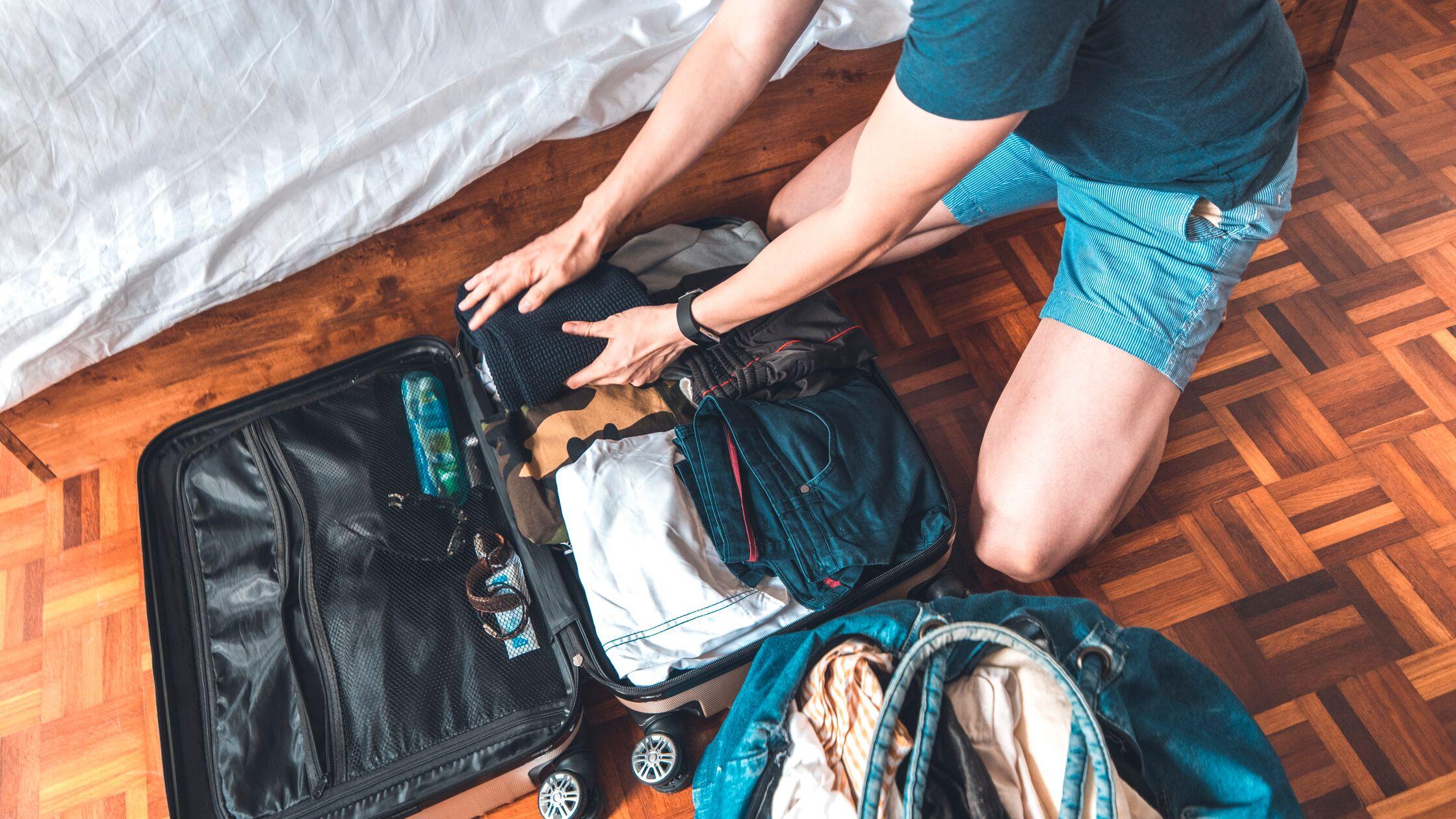 Junger packt einen Koffer