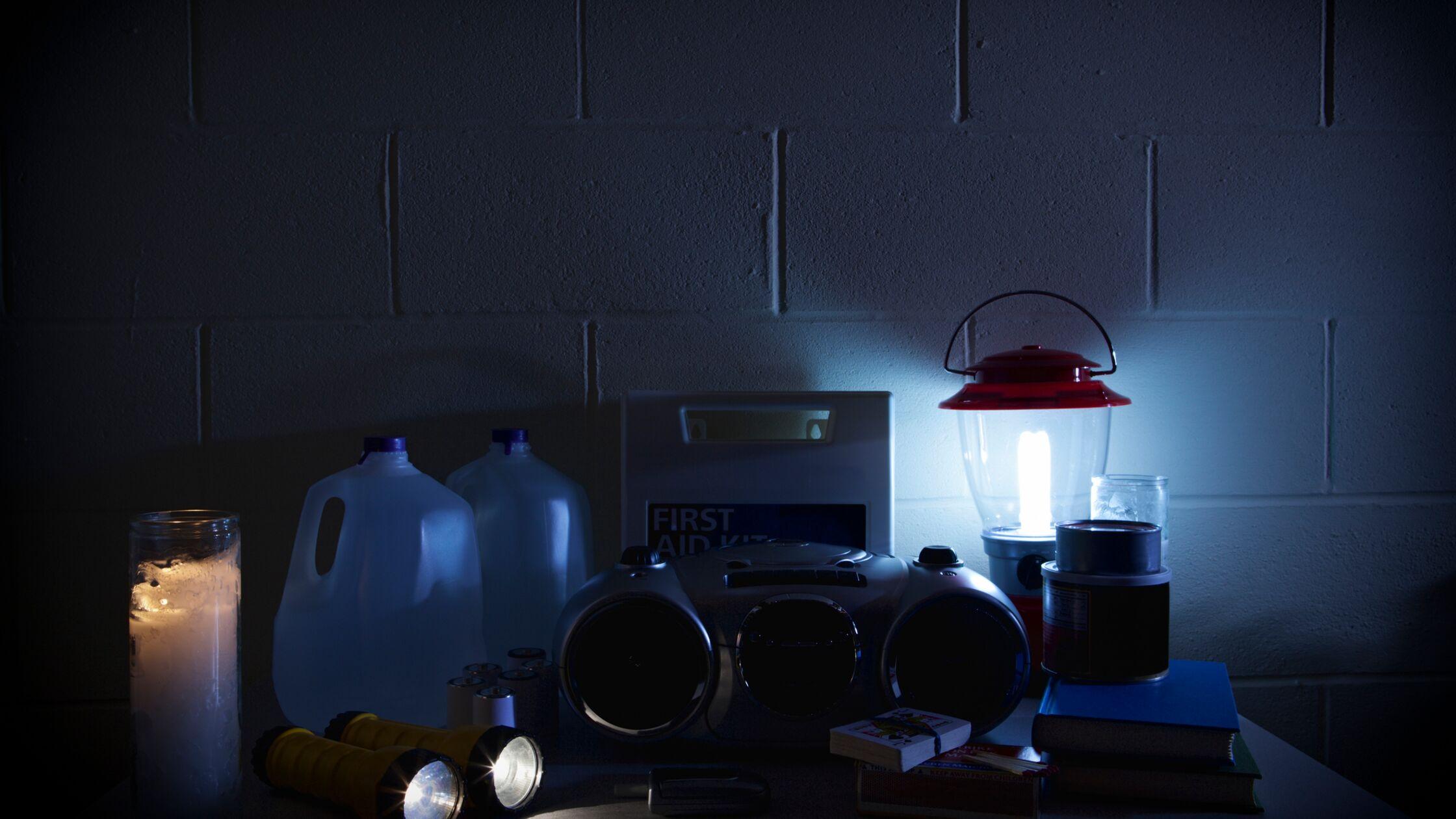 Notfallset bei Stromausfall. Taschenlampen, Batterien, Radio etc.