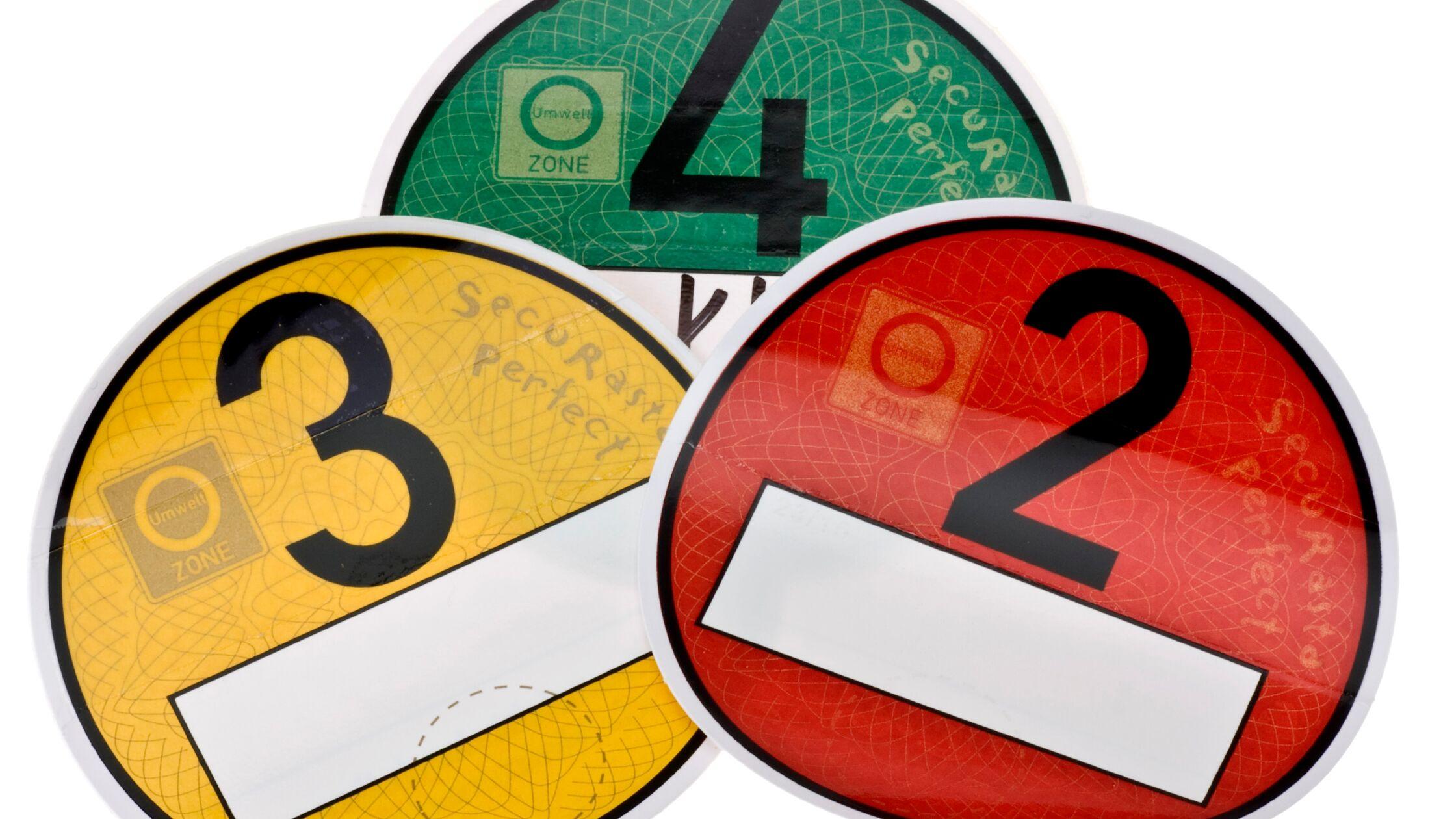 Umweltplaketten in den Farben Grün, Gelb und Rot