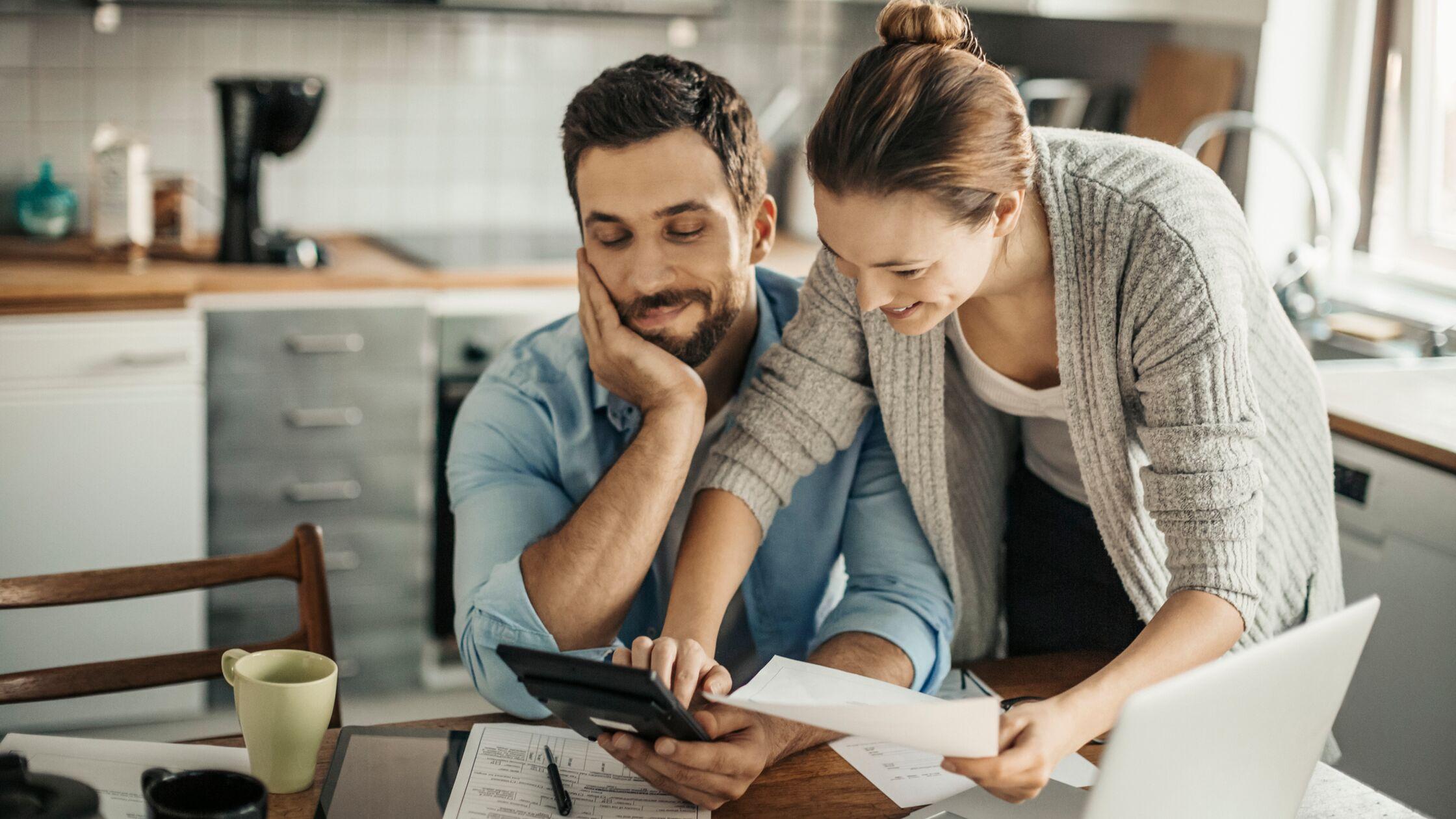 Paar sitzt in der Küche und plant Finanzen