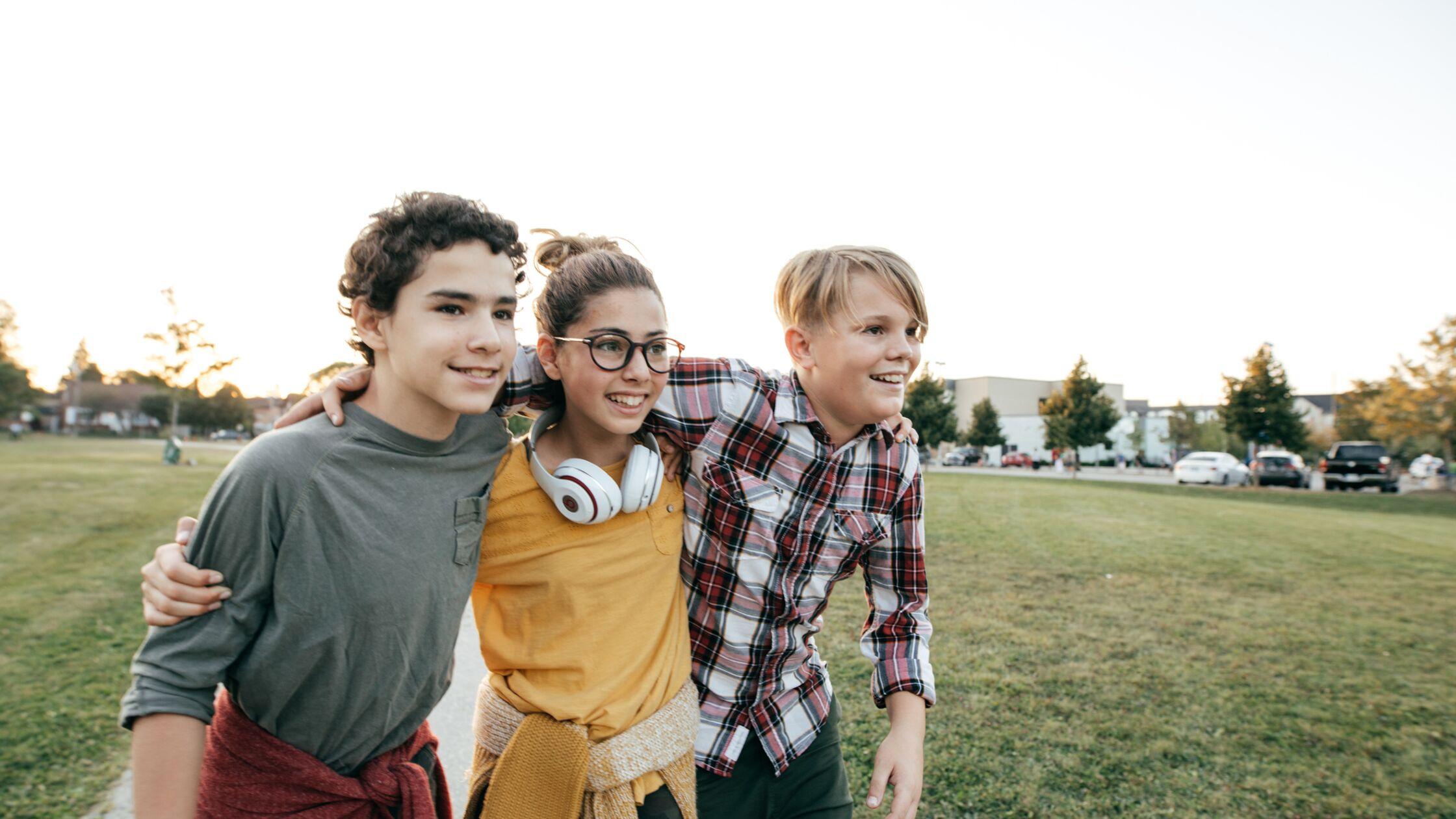 Drei Teenager verbringen Freizeit im Park