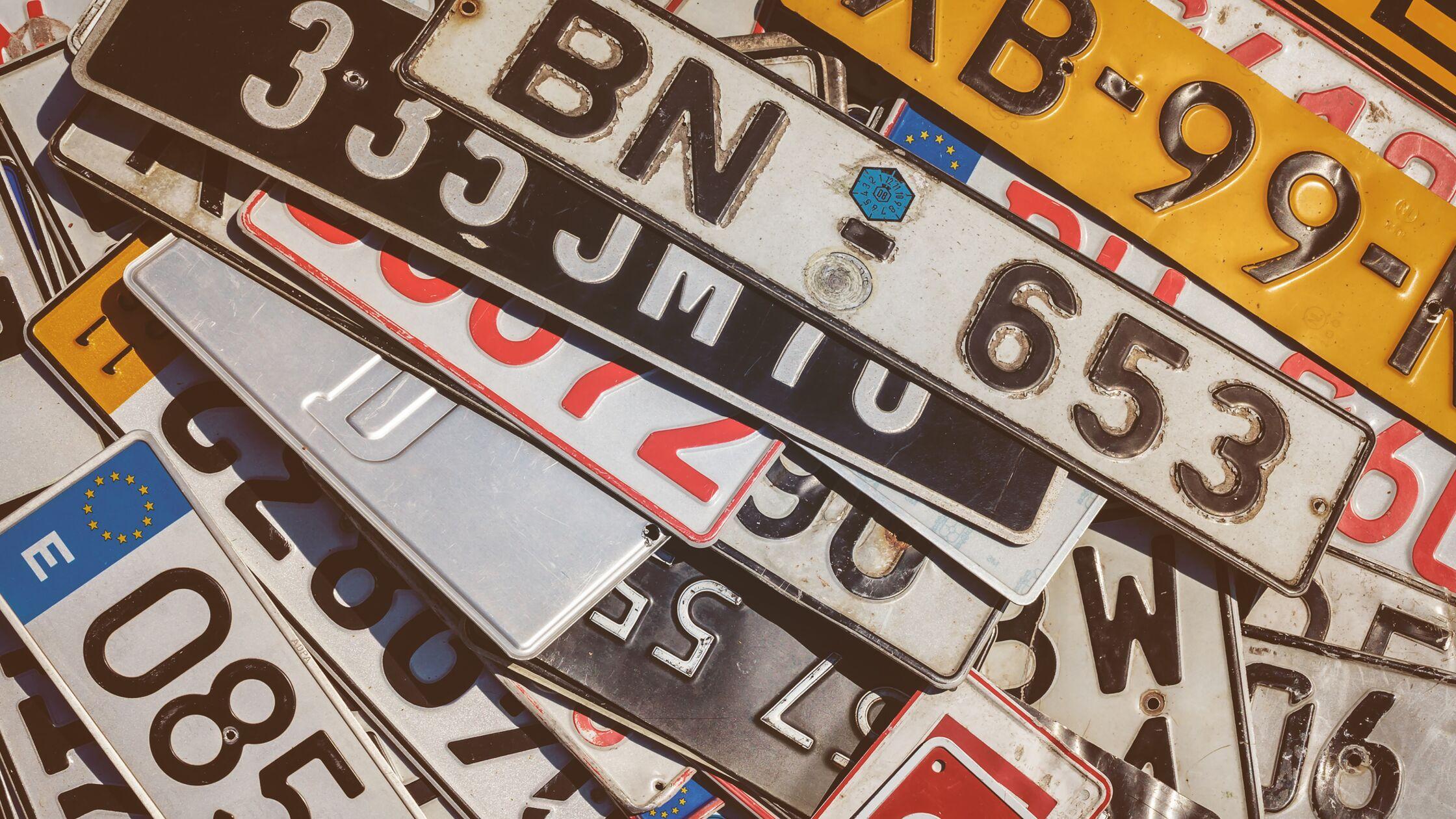 Nummernschilder mit Kennzeichen aus verschiedenen Ländern