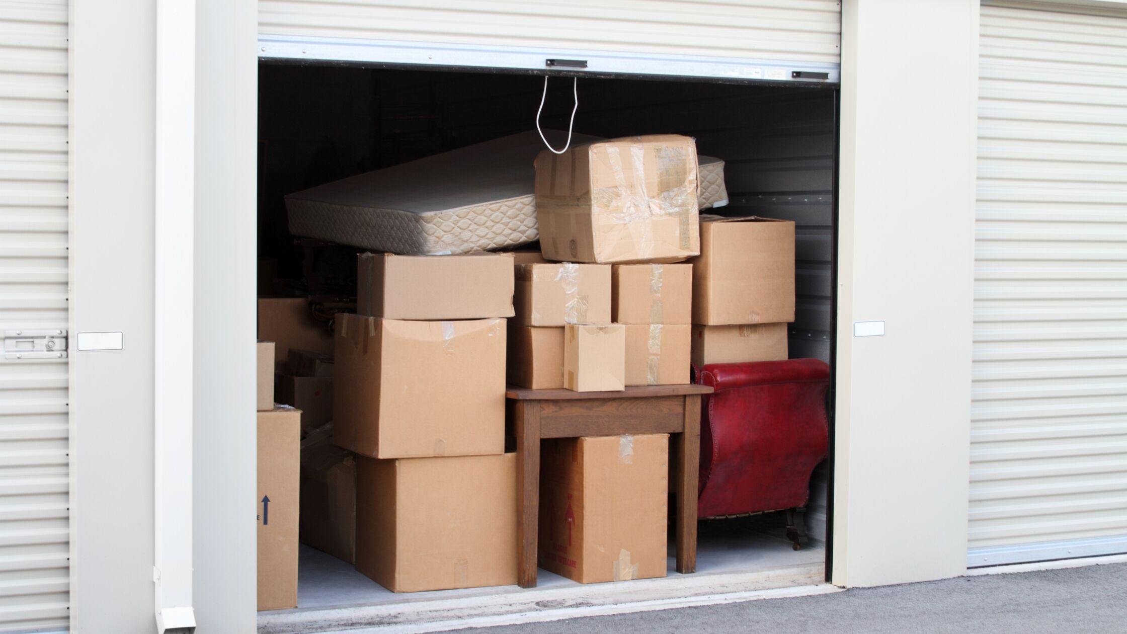 Eingelagerte Möbel und Kartons stehen in einem Selfstorage-Abteil
