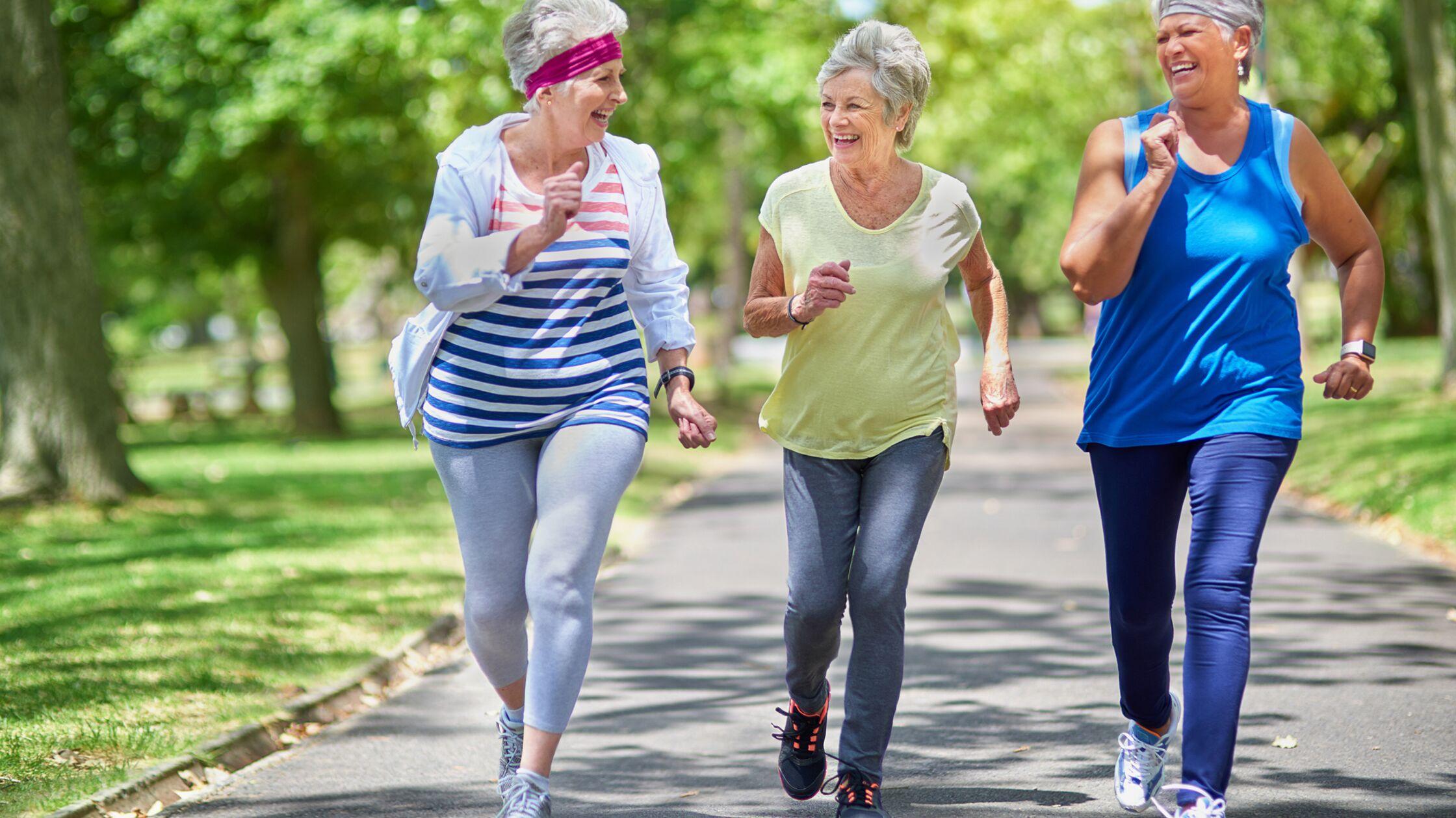 Drei ältere Frauen treiben im Park gemeinsam Sport
