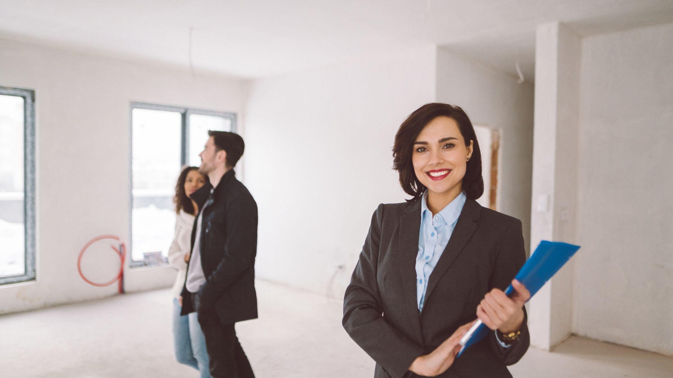 Vermieterin zeigt jungem Paar die Wohnung