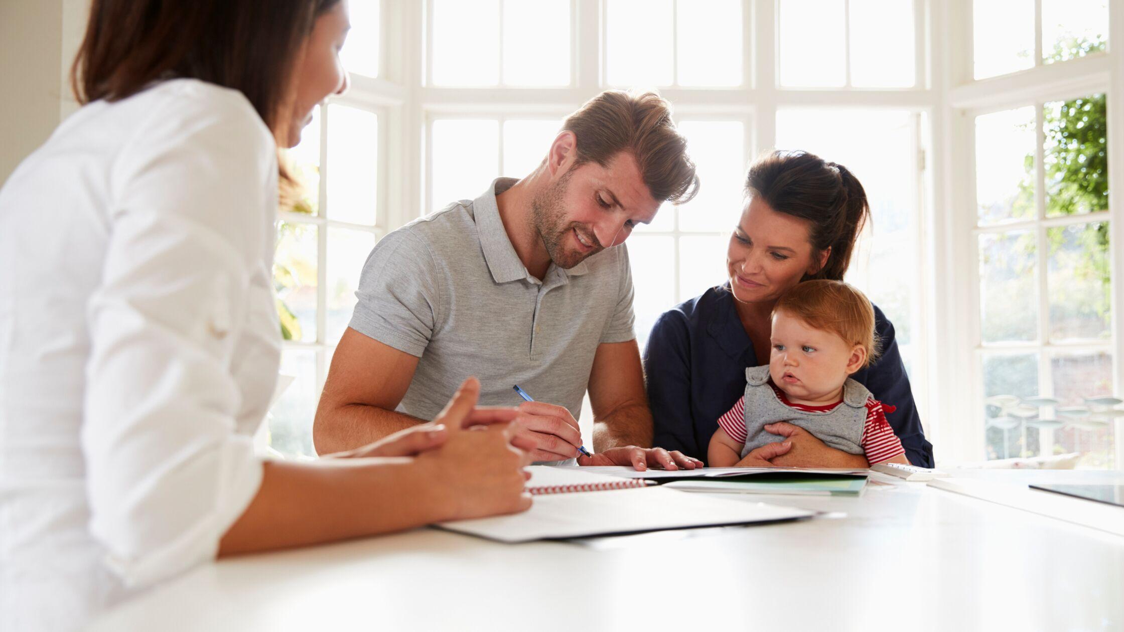 Junger Familienvater füllt Mieterselbstauskunft aus