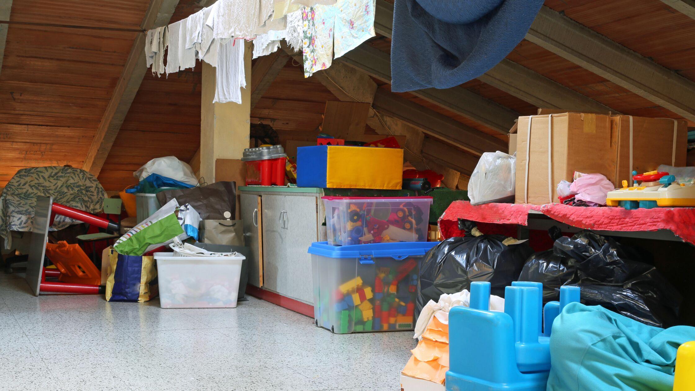 Dachboden voller Kisten mit Spielzeug und Wäscheleine