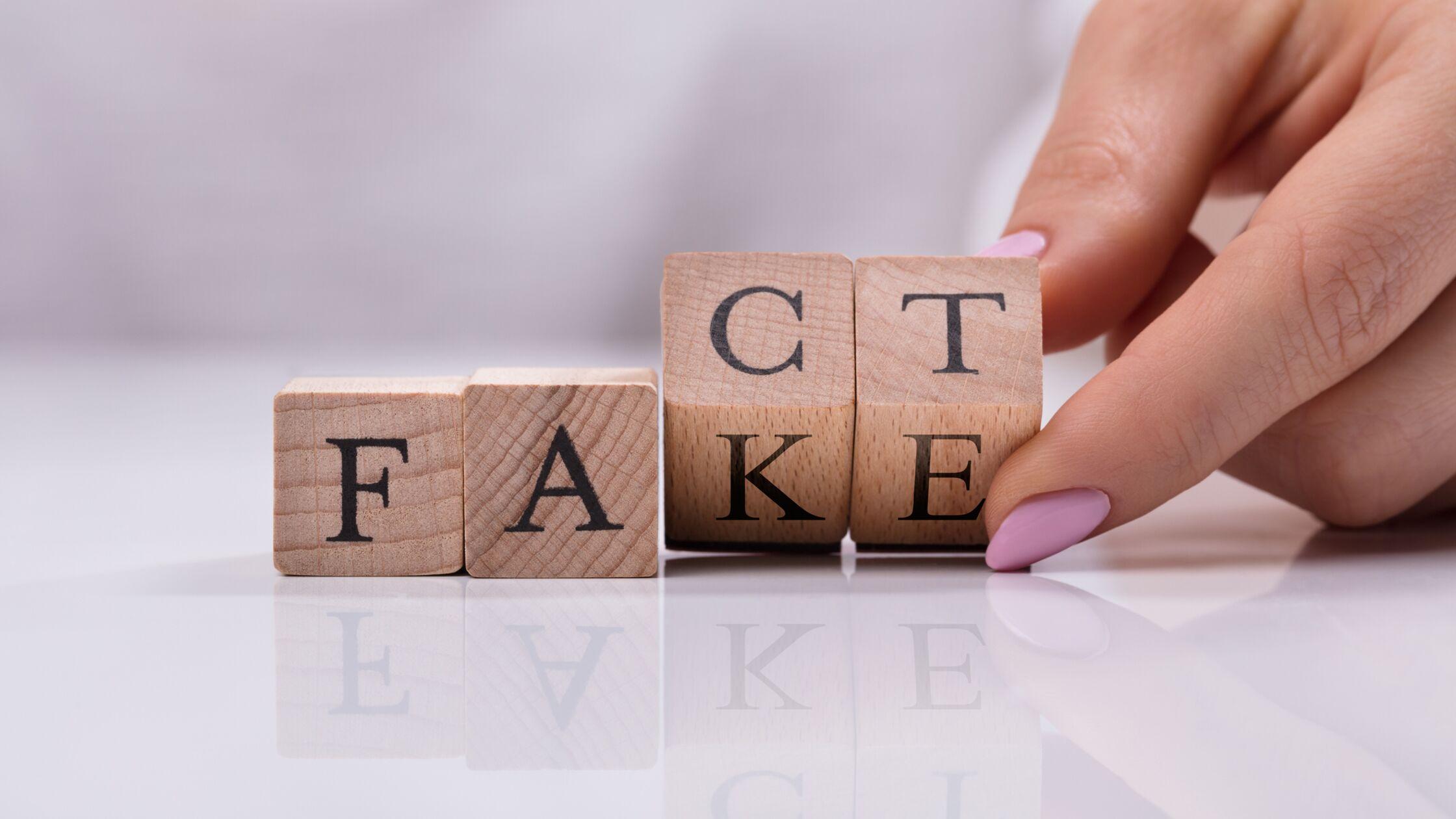 Würfel zeigen gleichzeitig die Worte Fact und Fake.