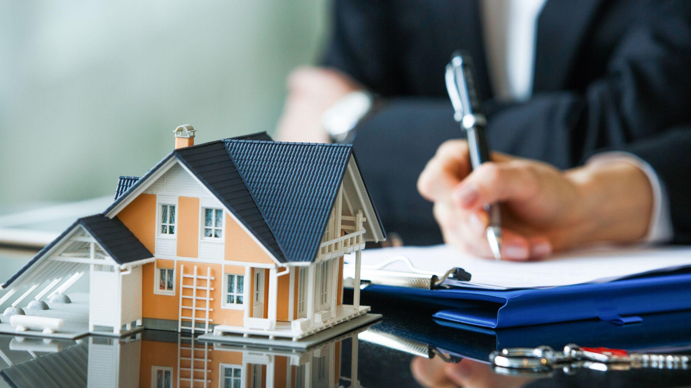 Mann zahlt bei Hauskauf Maklerprovision