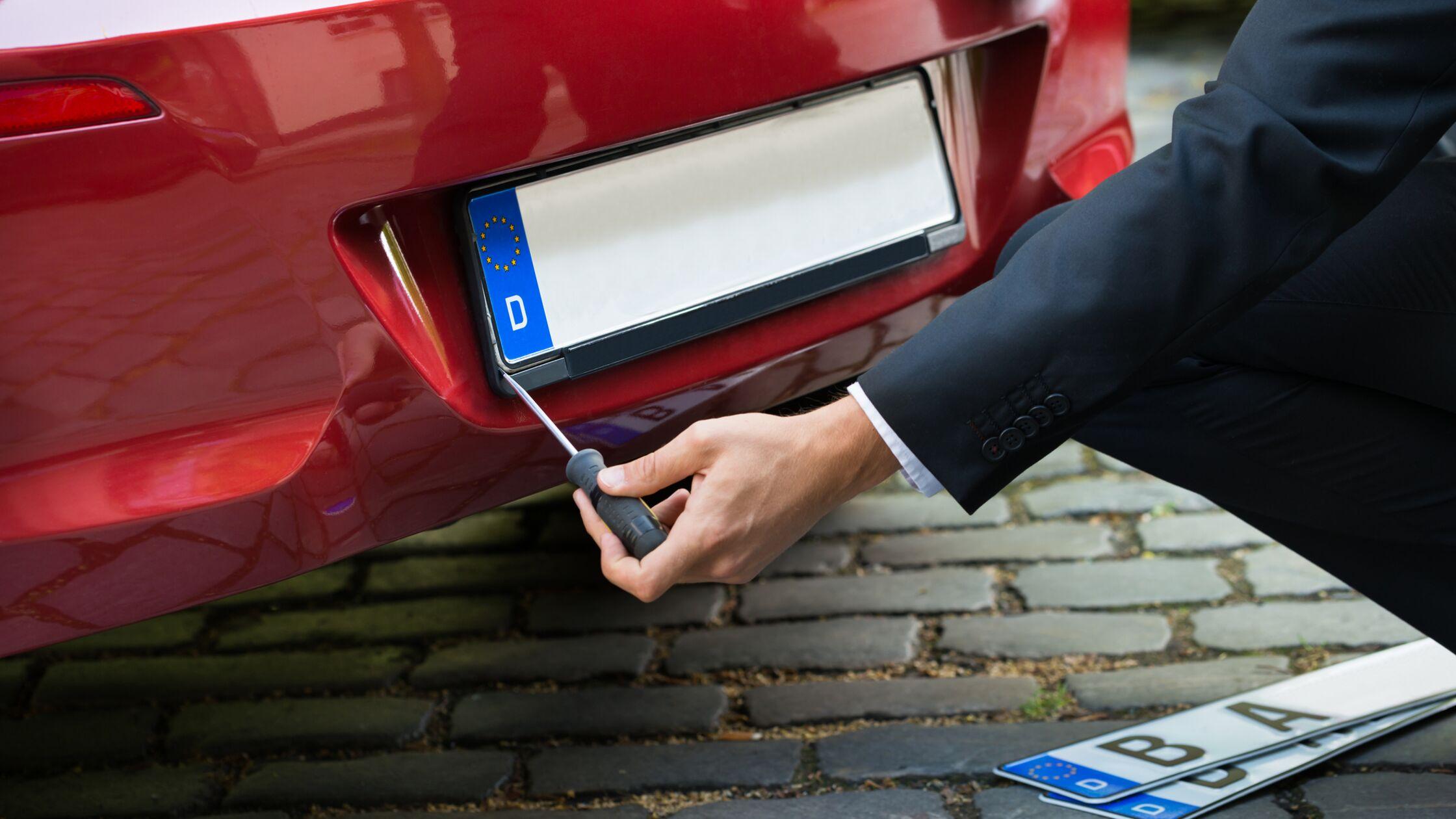 Kennzeichenmitnahme: Neues Auto, altes Kennzeichen – geht das?