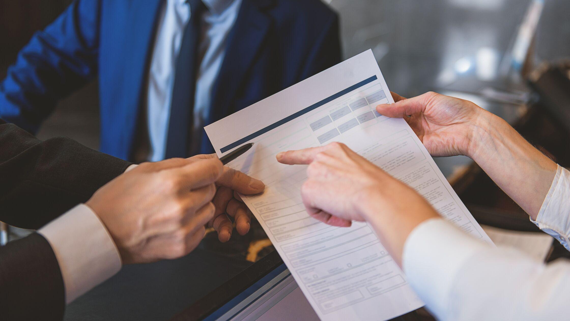 Vermieter füllt Mietschuldenfreiheitsbescheinigung aus