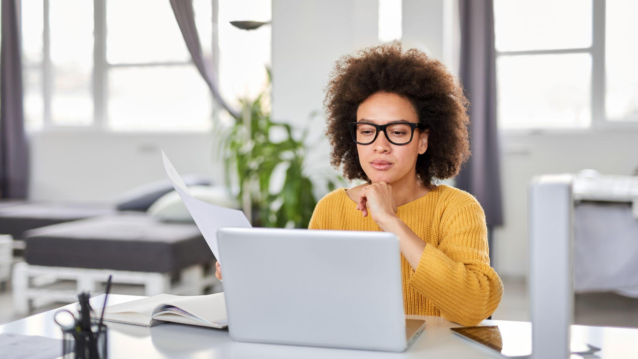 Frau überprüft ihren Mietvertrag auf Sonderkündigungsrecht