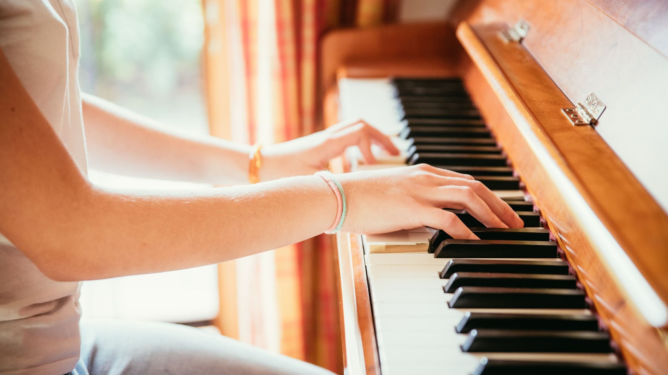Junge Frau spielt Klavier