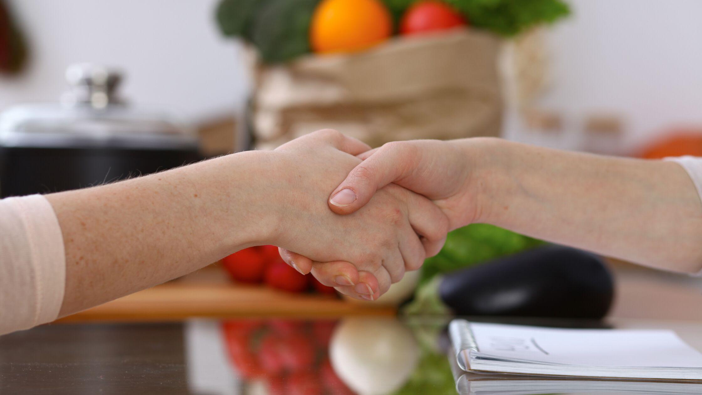 Zwei schütteln sich die Hände