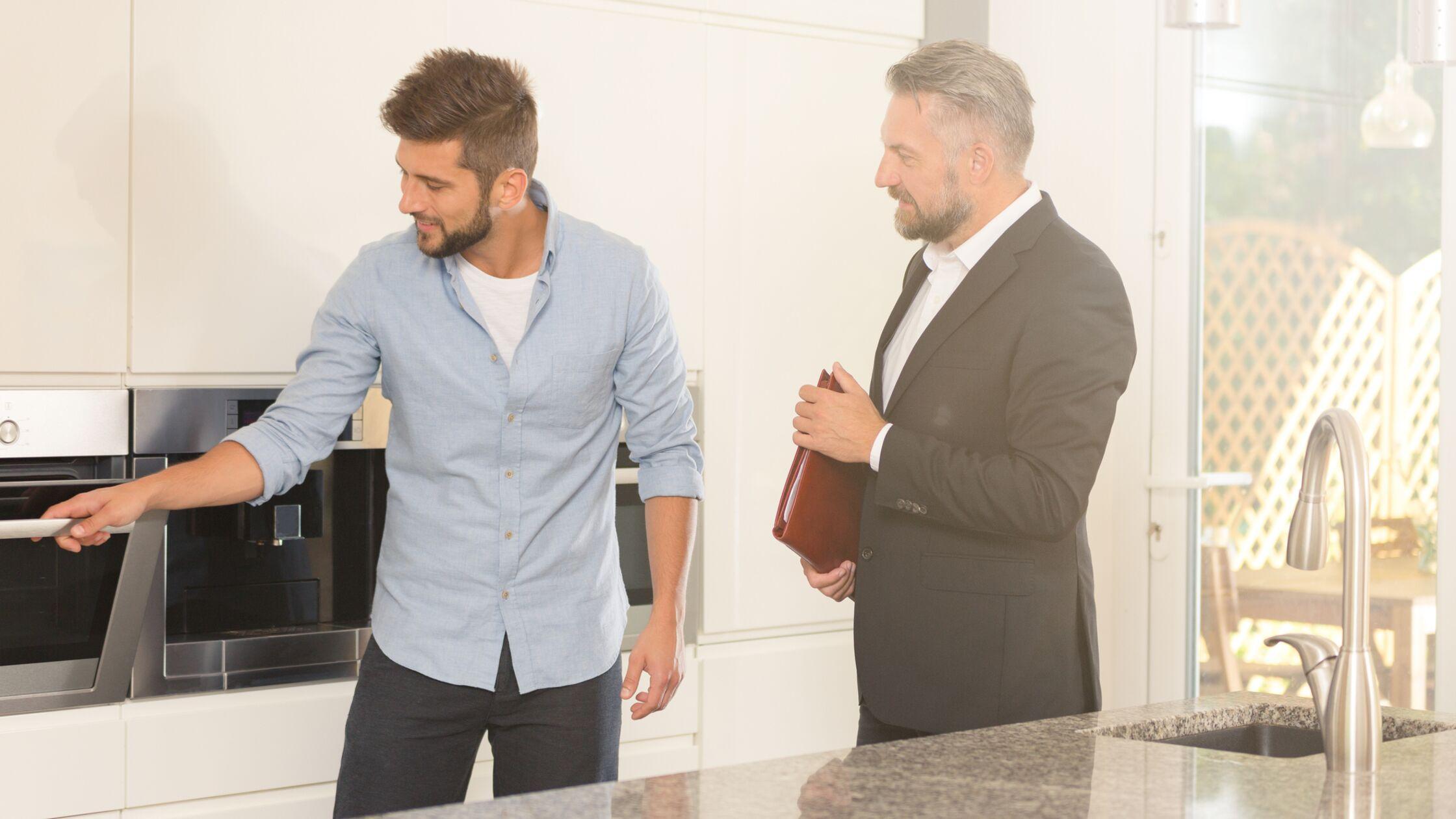 Zwei Männer schauen sich eine Küche an