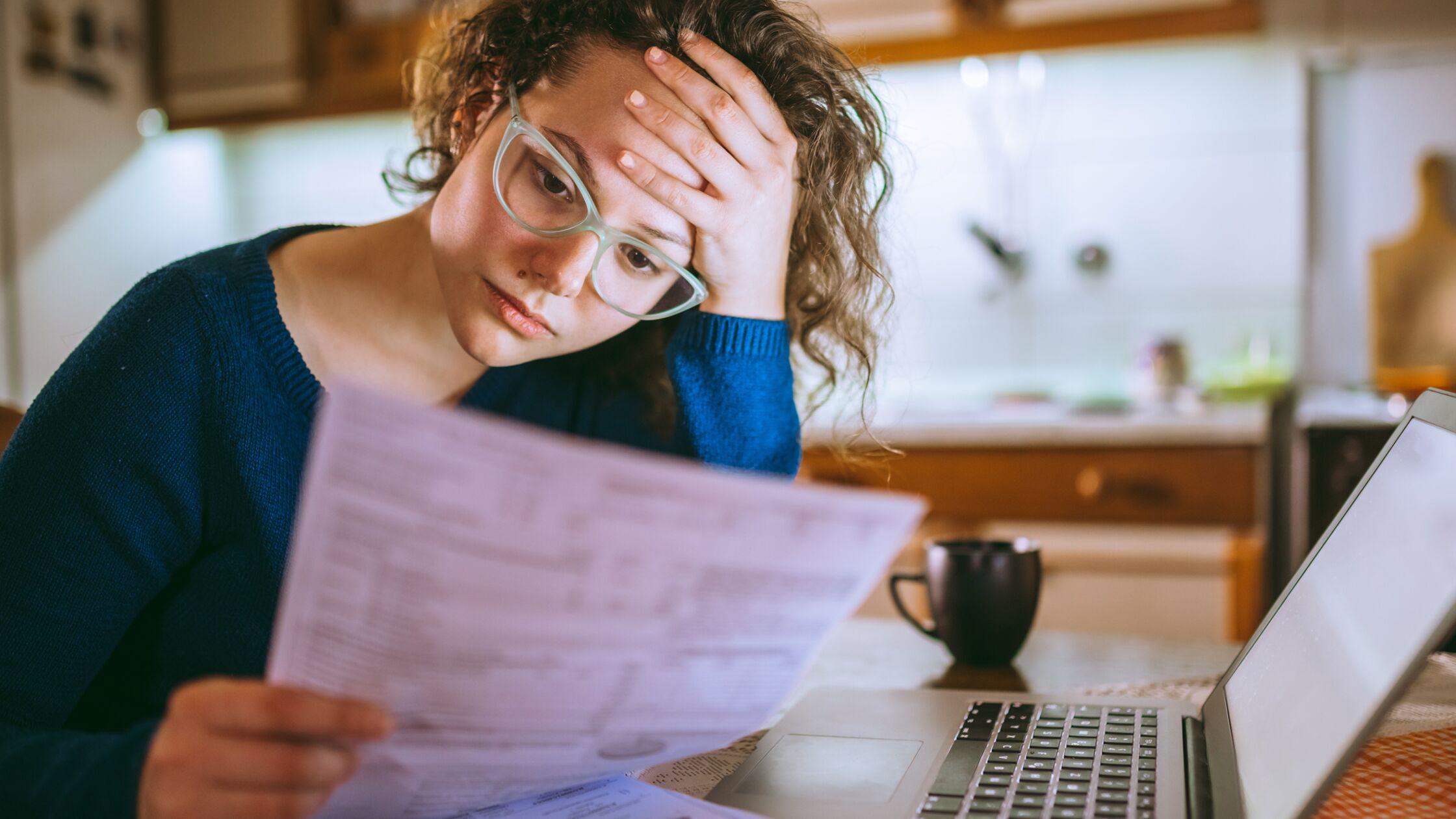 Frau liest besorgt einen Brief