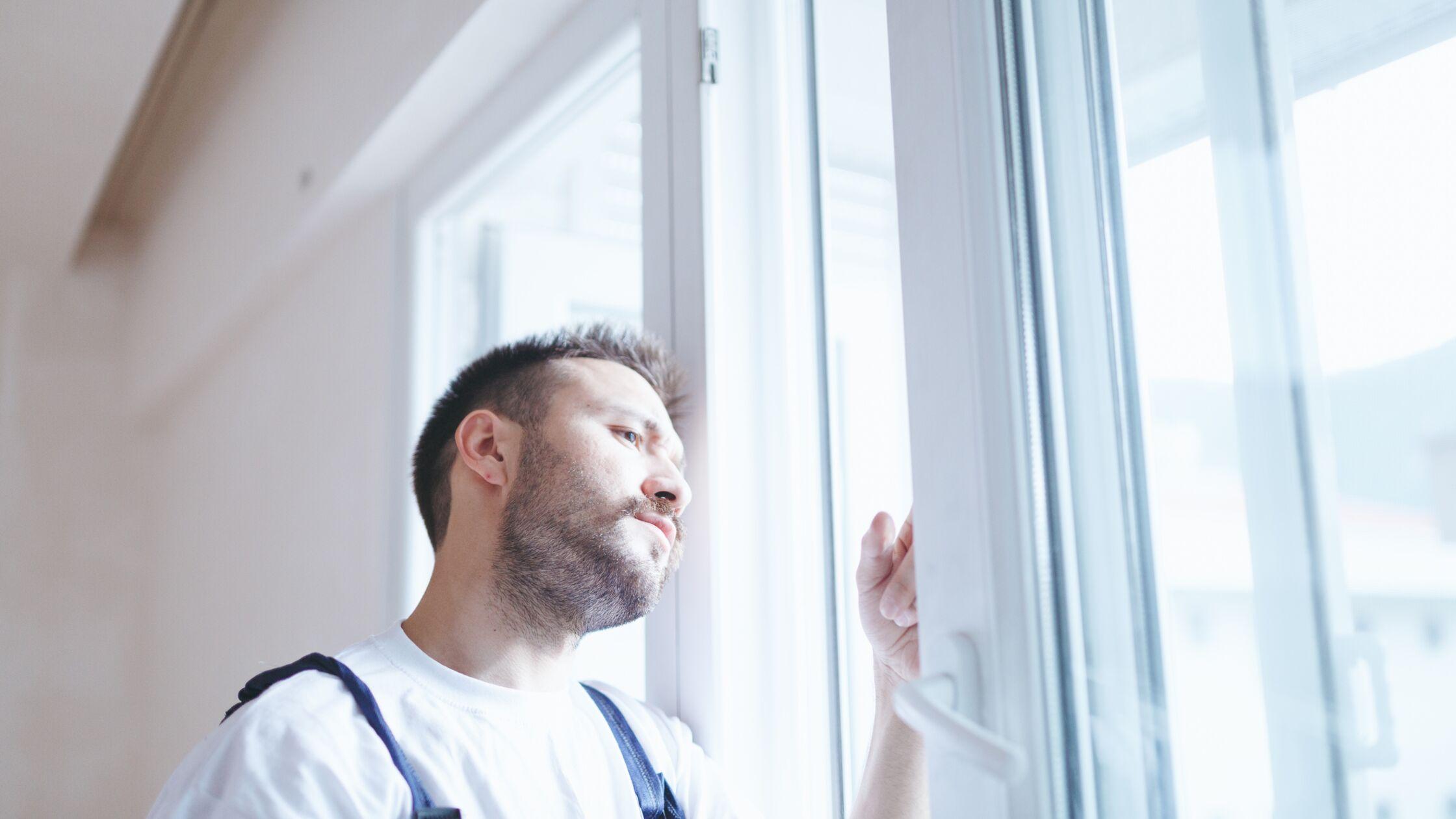 Handwerker repariert Fenster