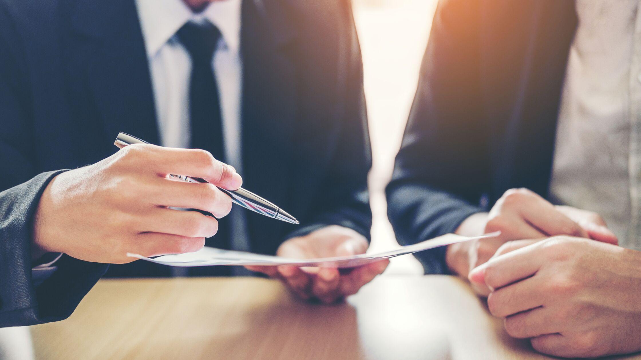 Zwei Personen schauen zusammen in einen Mietvertrag