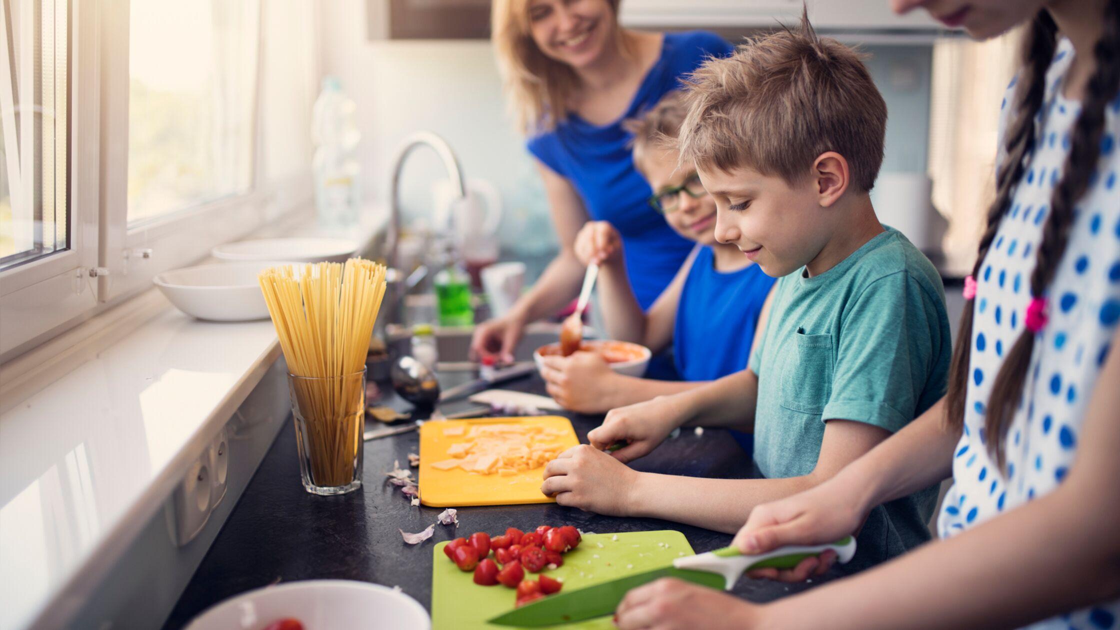 Kinder bereiten Essen zu