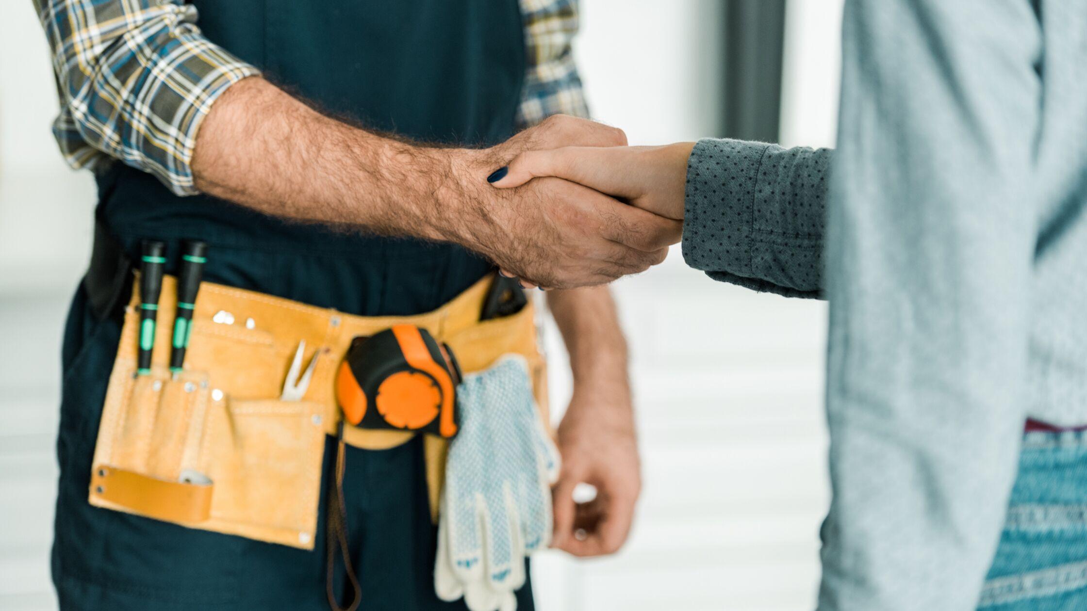Handwerker und Kunde geben sich die Hand