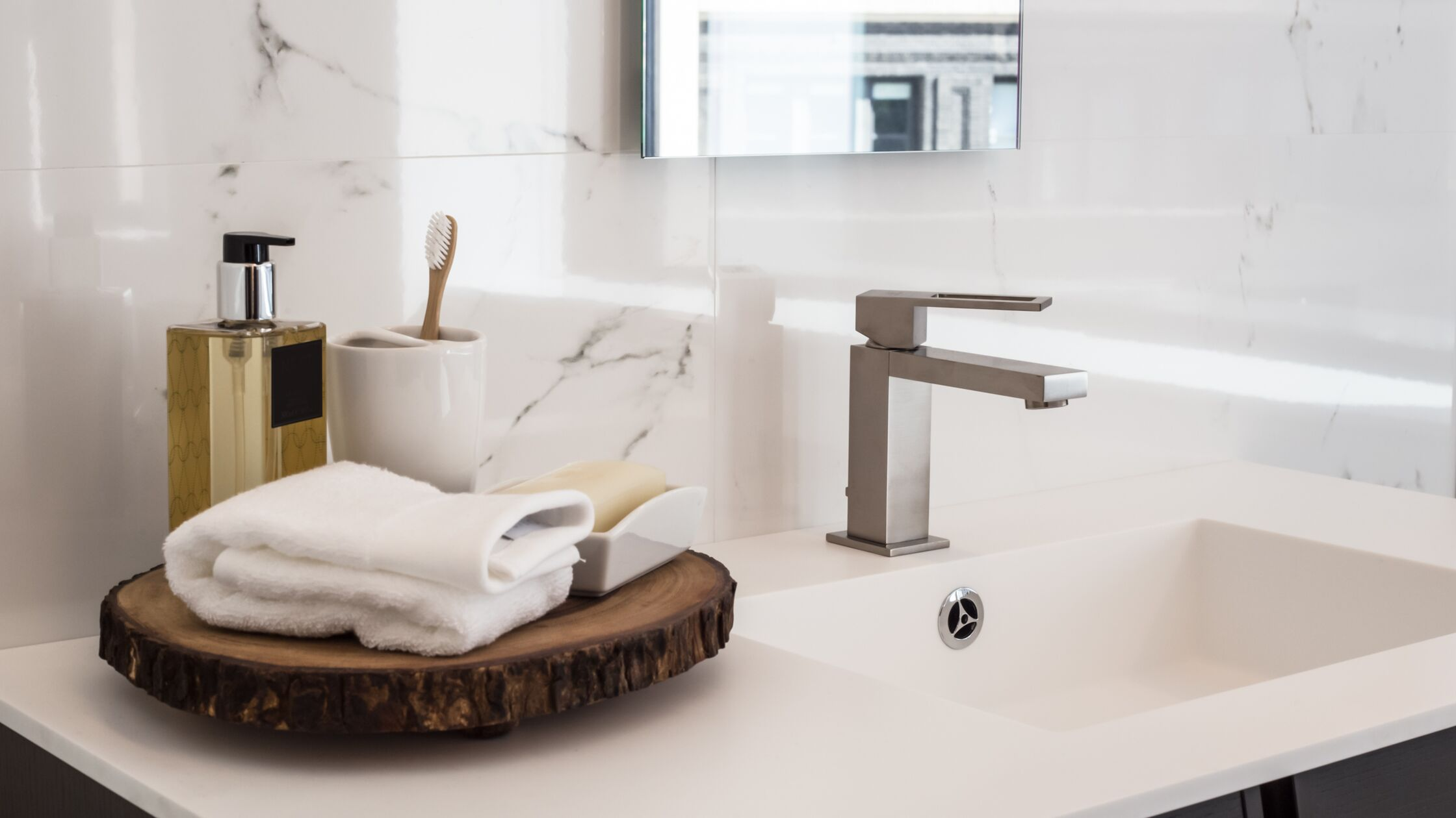 Waschbecken mit Handtuch und Seife