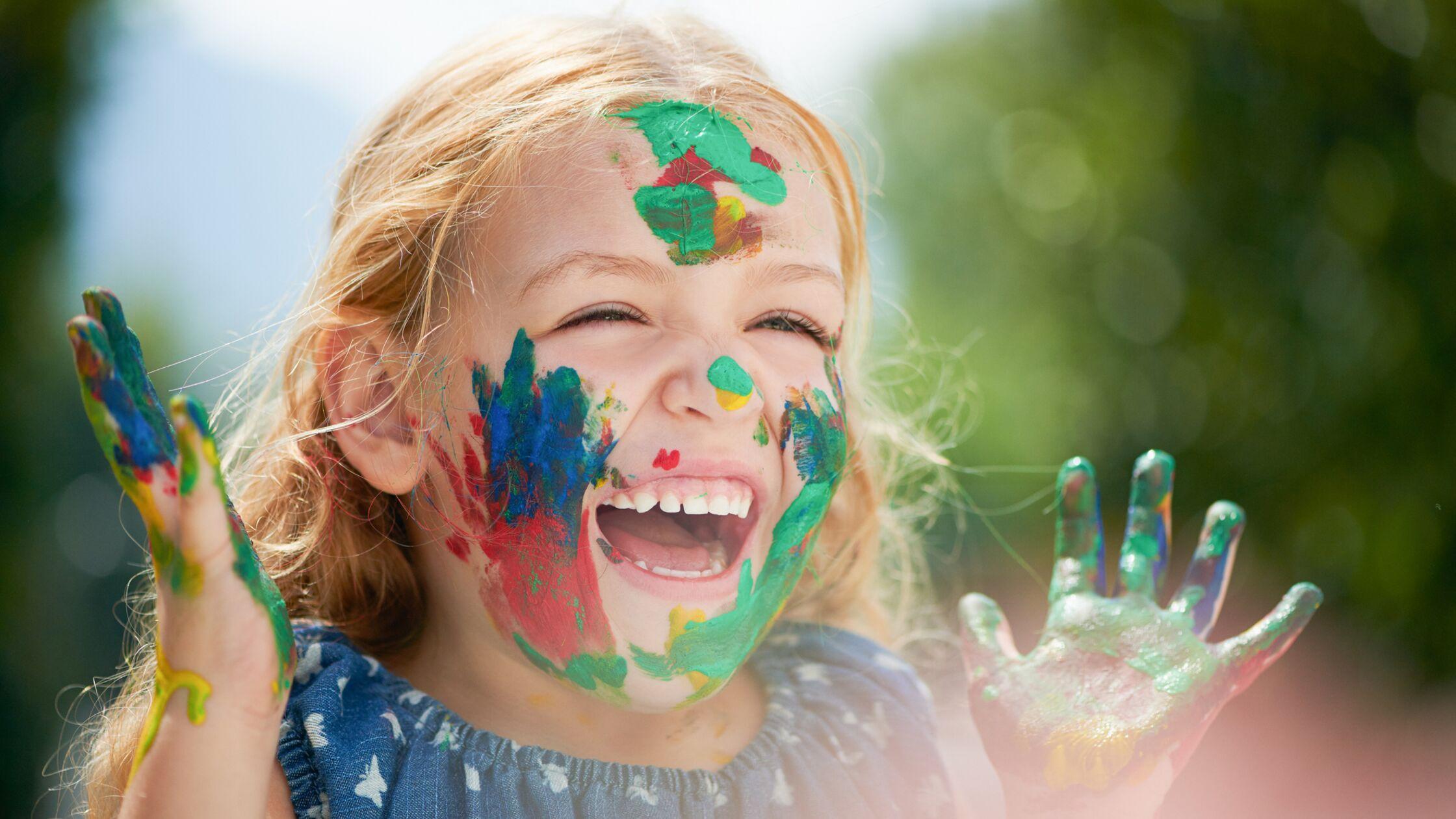 Kind malt im Kindergarten
