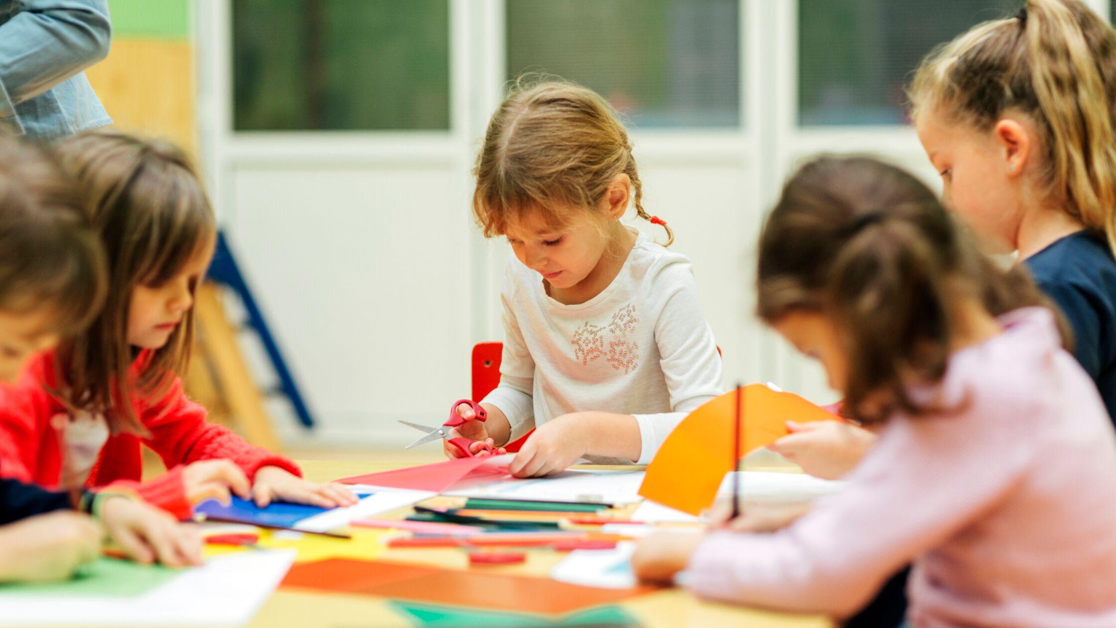 Kinder basteln im Kindergarten